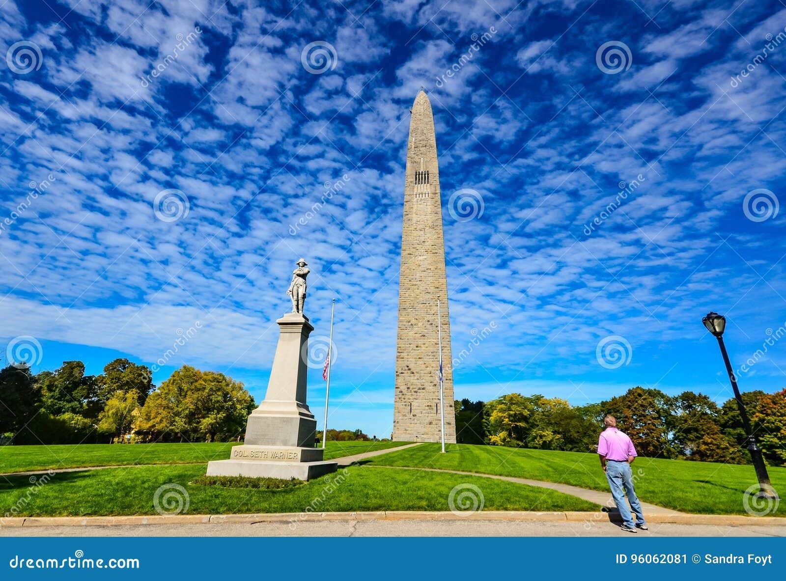 Le touriste regarde fixement le monument de bataille de Bennington - Bennington, VT