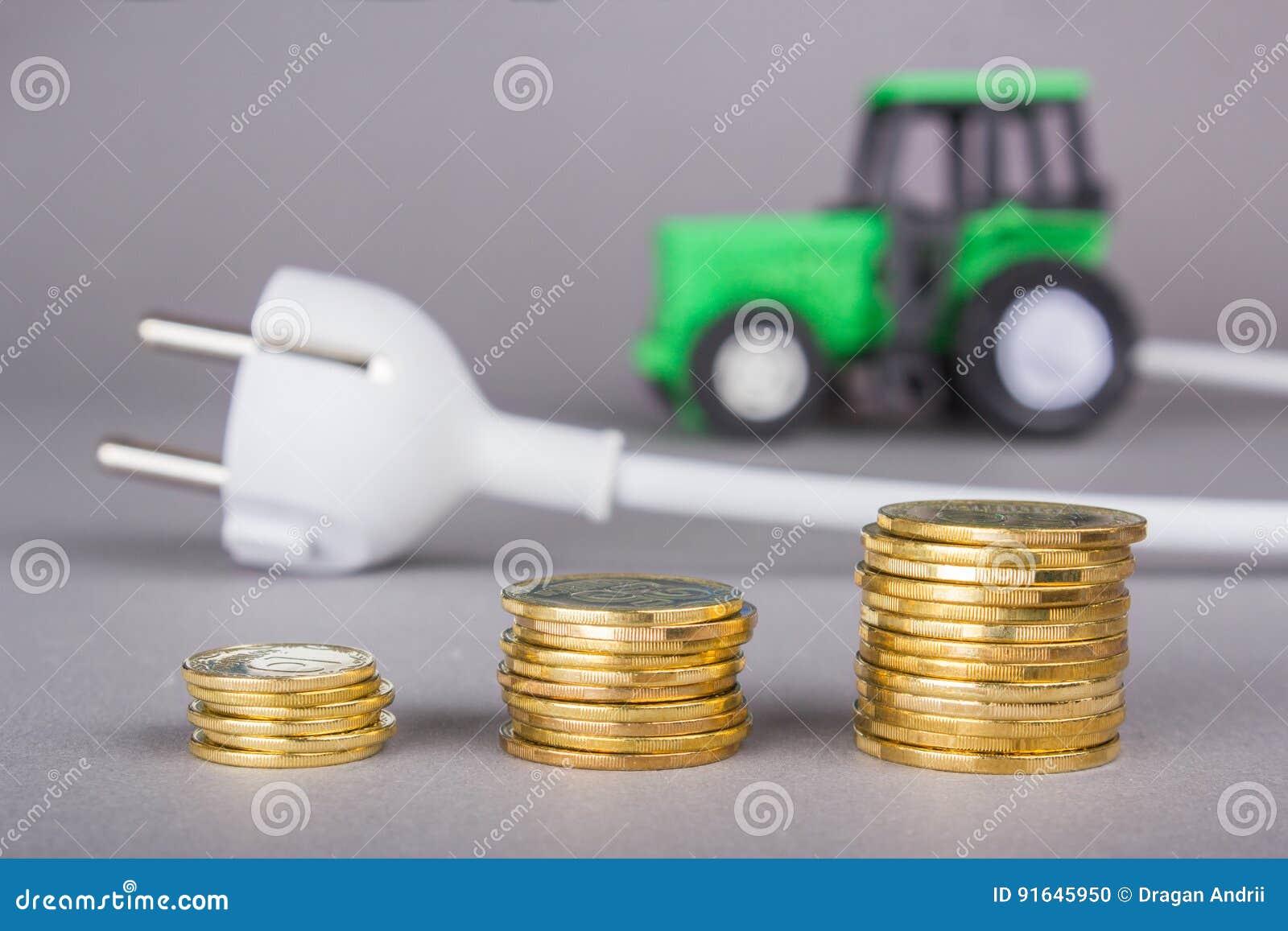 Le tracteur électrique est chargé du débouché Ecotech à la ferme Une pile de pièces de monnaie, l épargne