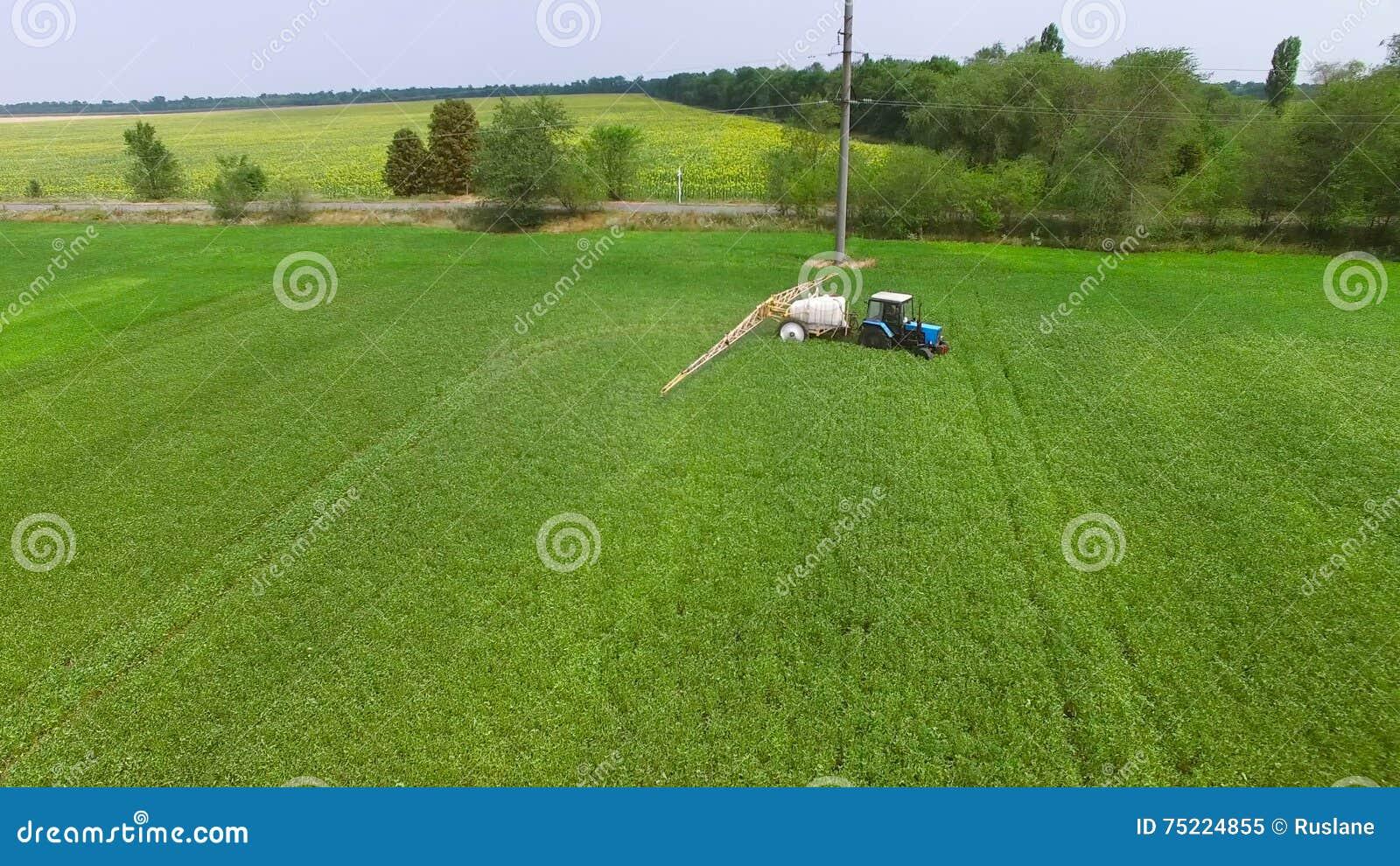 le tracteur arrose le champ de haricot clips vidéos - vidéo du