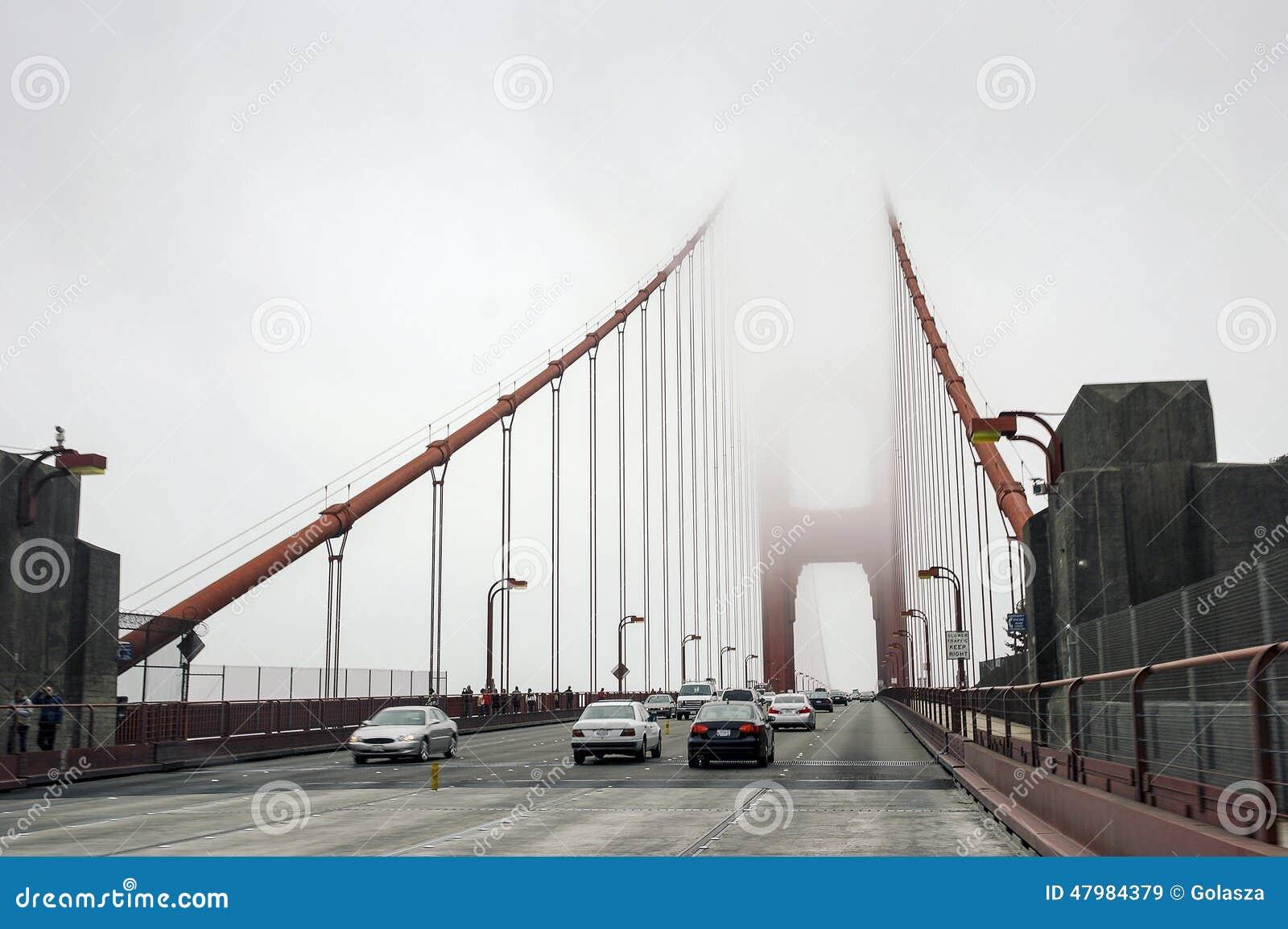 le trafic de voiture sur le pont d 39 or dans une brume san francisco image stock ditorial. Black Bedroom Furniture Sets. Home Design Ideas