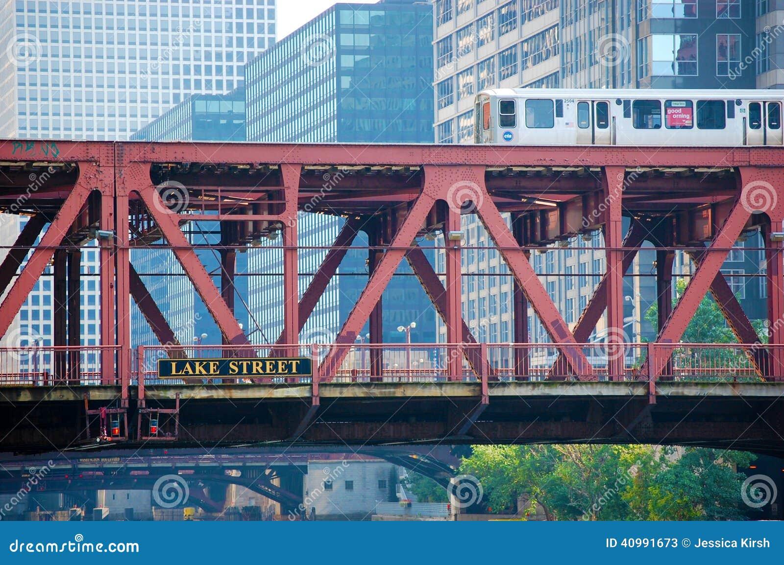 Le train d EL de CTA croisant un pont Chicago du centre, l Illinois Etats-Unis