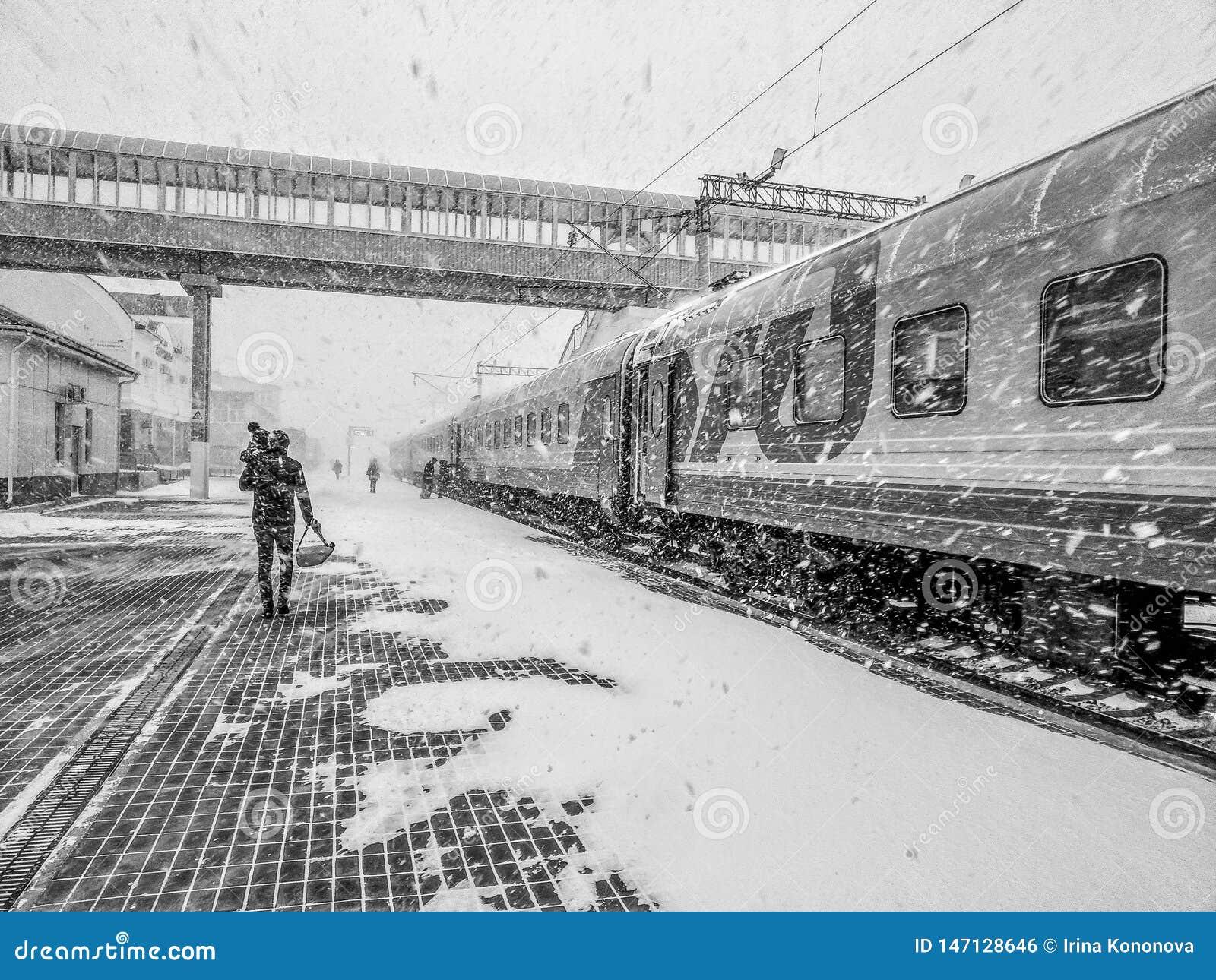 Le train de Moscou-Vladivostok est à la station Un homme avec un enfant débarque