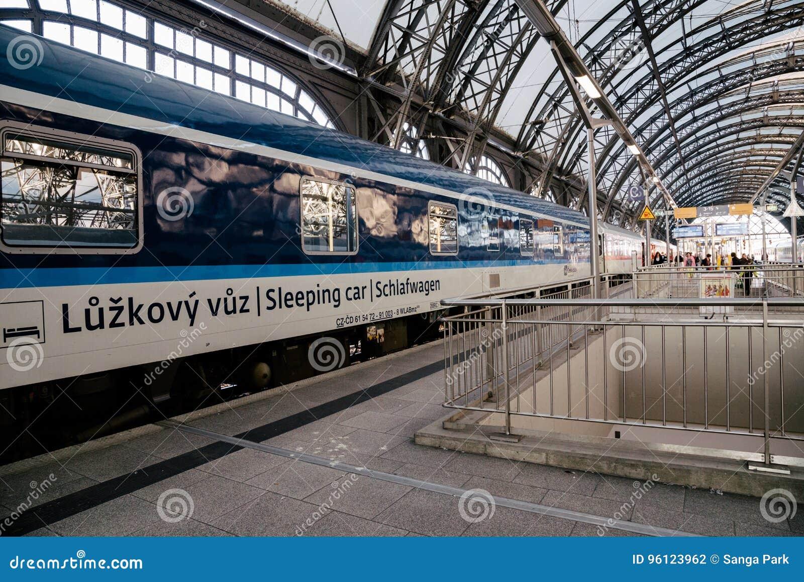 Le train de sommeil s arrête à la plate-forme de station de train de Dresde