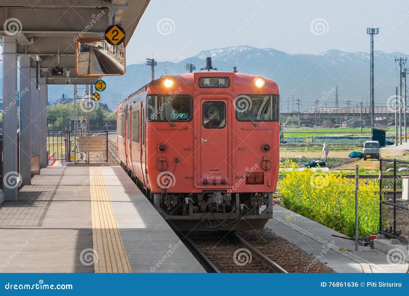 Le train local à la station de Takaoka TOYAMA, JAPON