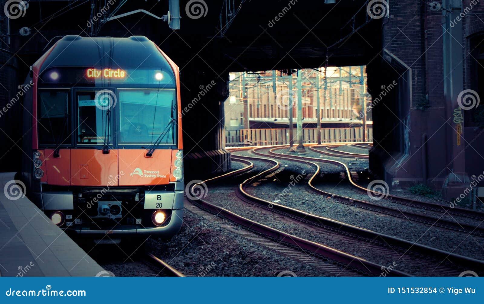 Le train a tiré dans la station au coucher du soleil