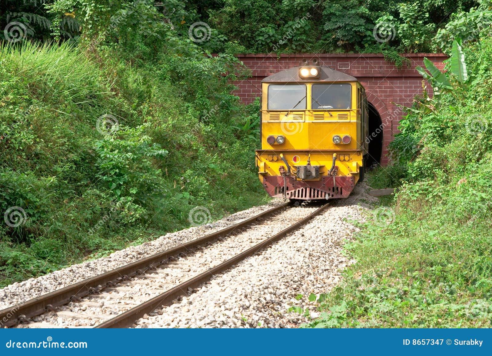 Le train viennent du tunnel