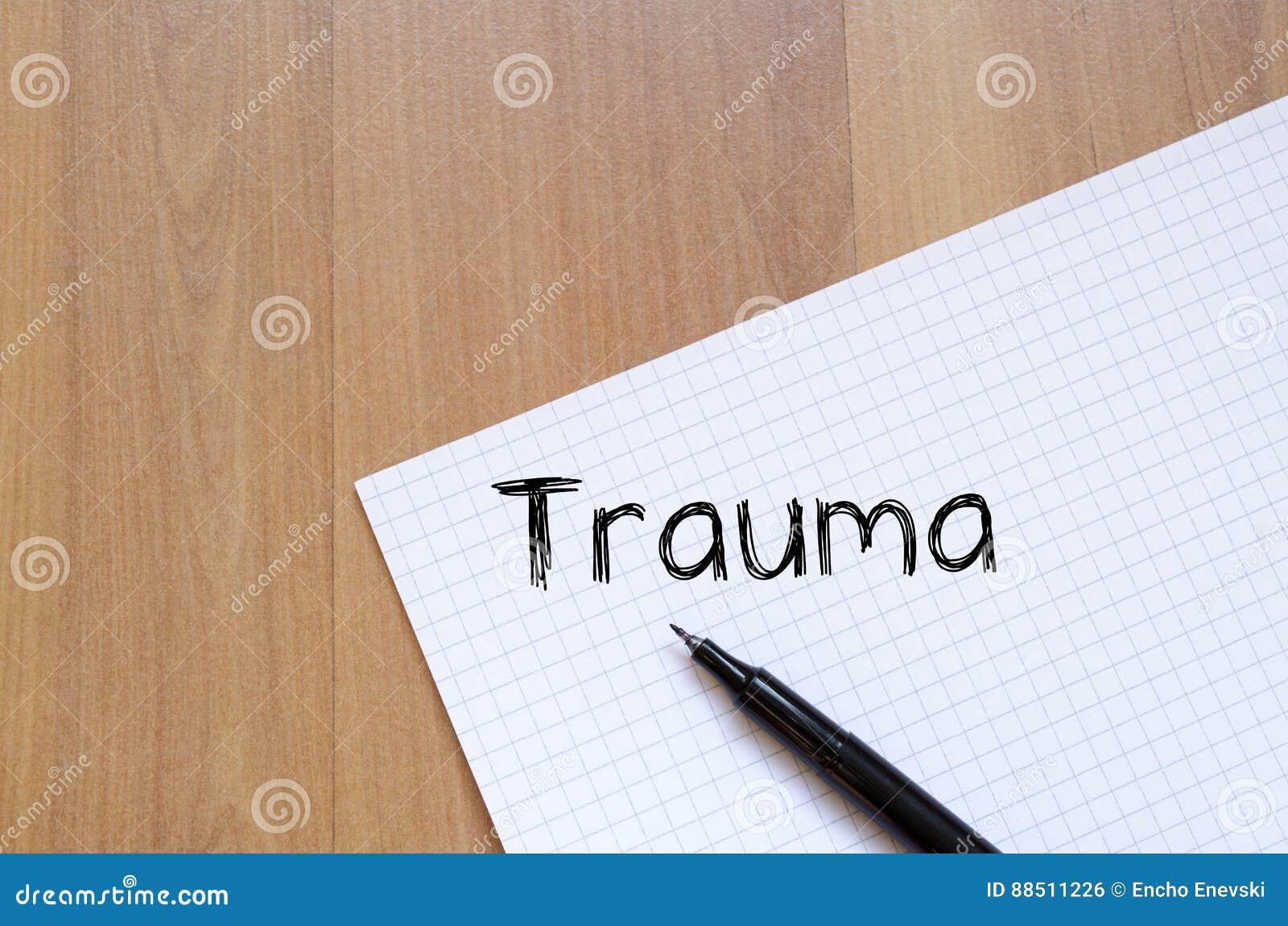 Le traumatisme écrivent sur le carnet