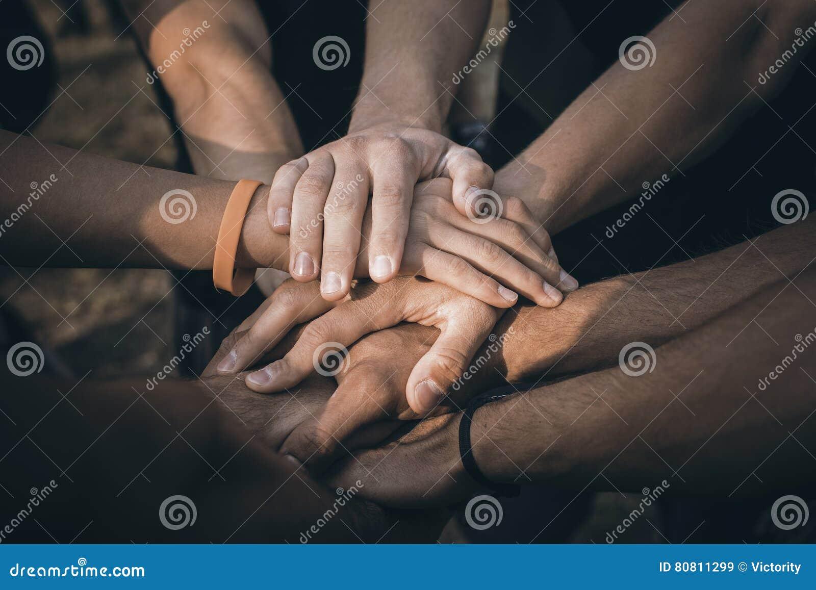Le travail d équipe joignent le concept de soutien de mains ensemble Mains de jointure de personnes de sports