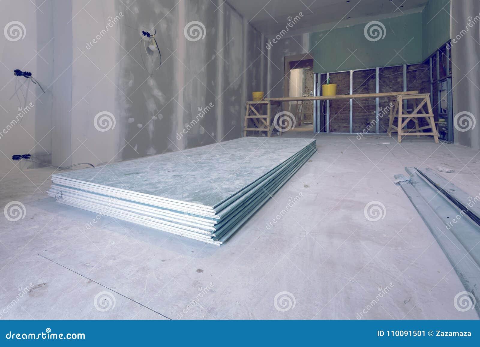 Le travail de processus d installer les cadres en métal et la cloison sèche et les matériaux de plaque de plâtre en appartement e