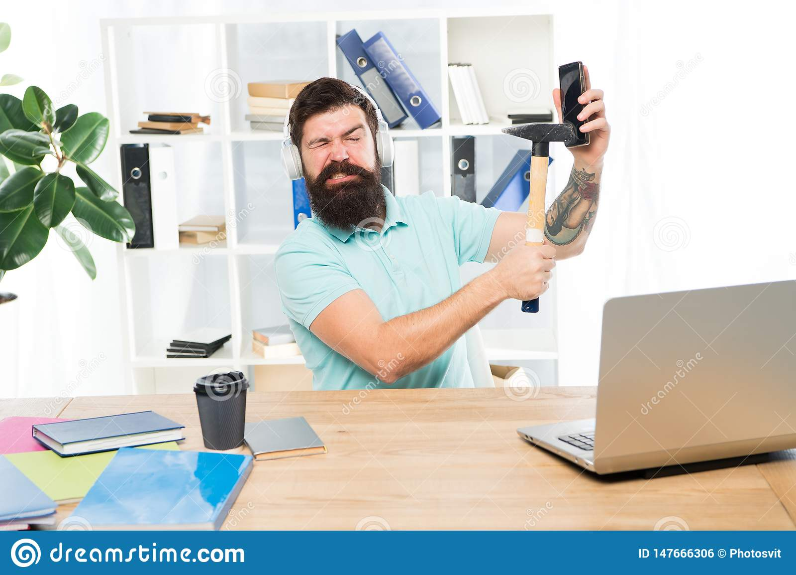 Le travail stressant au centre d appels Smartphone barbu de marteau de bureau d ?couteurs de type d homme Communication corrompue