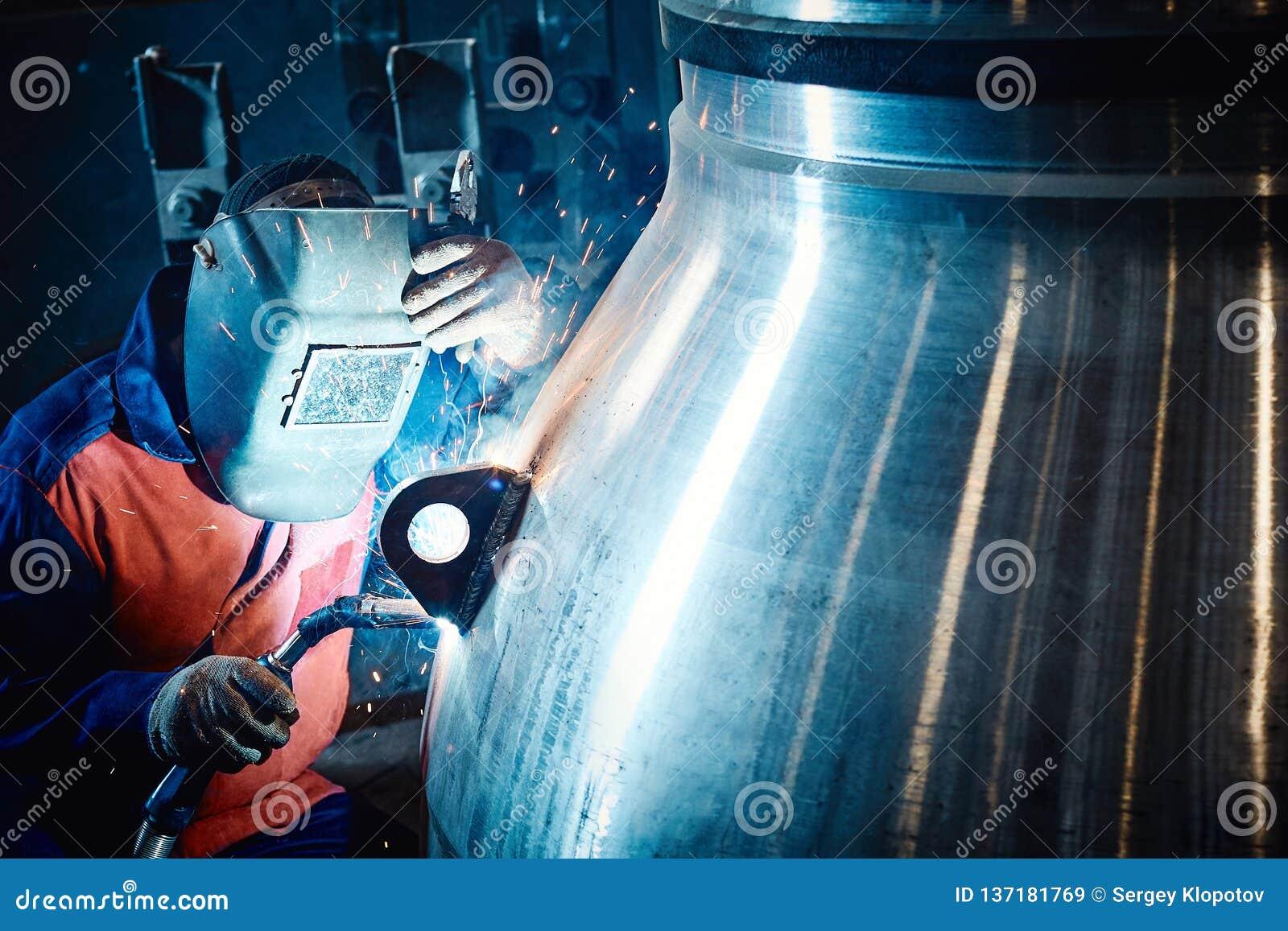 Le travailleur industriel à l usine fait la soudure