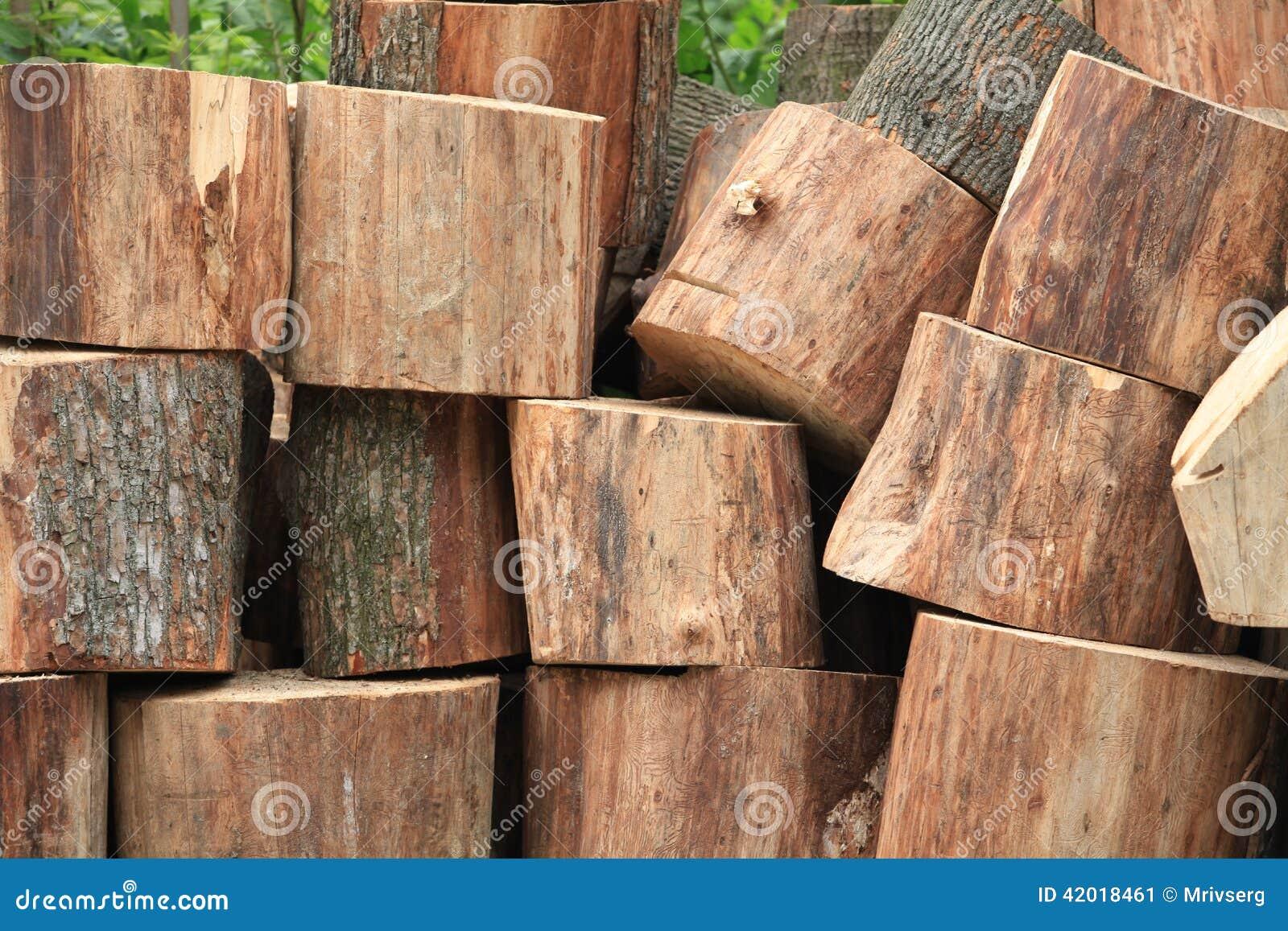 le tronc d 39 arbre a sci dans des morceaux le bois de chauffage image stock image 42018461. Black Bedroom Furniture Sets. Home Design Ideas