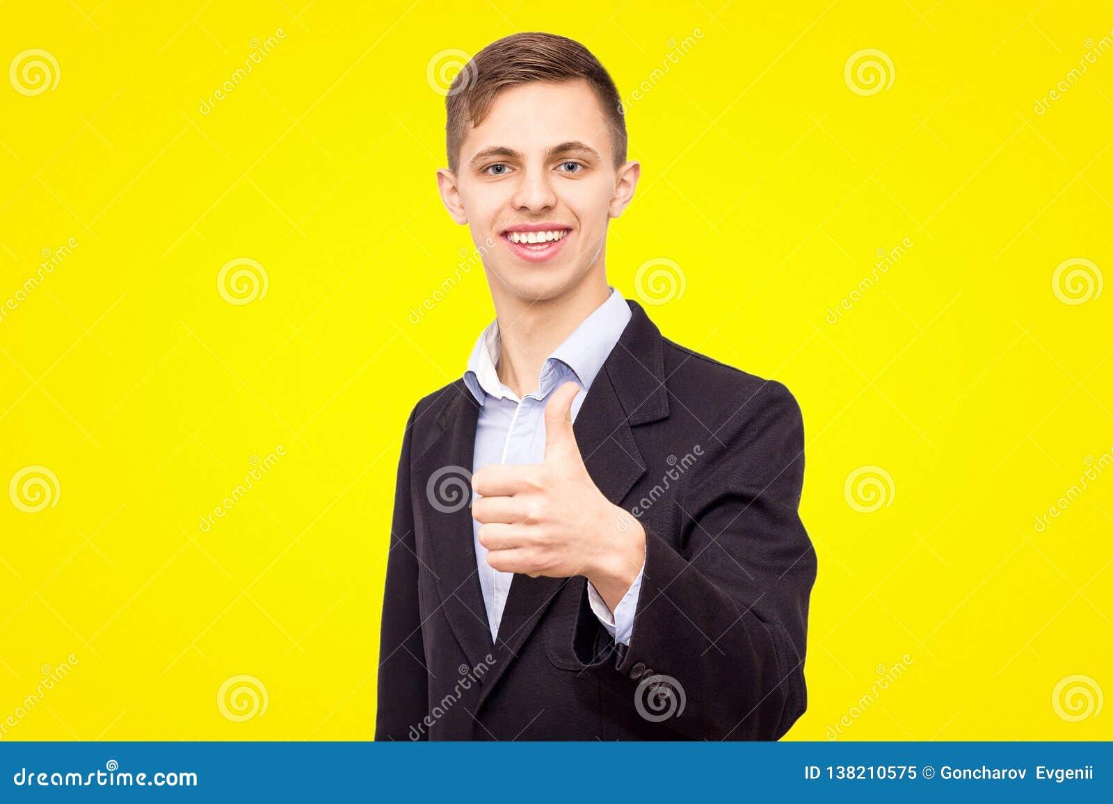 Le type dans une veste et une chemise bleue montre un doigt d isolement sur un fond jaune