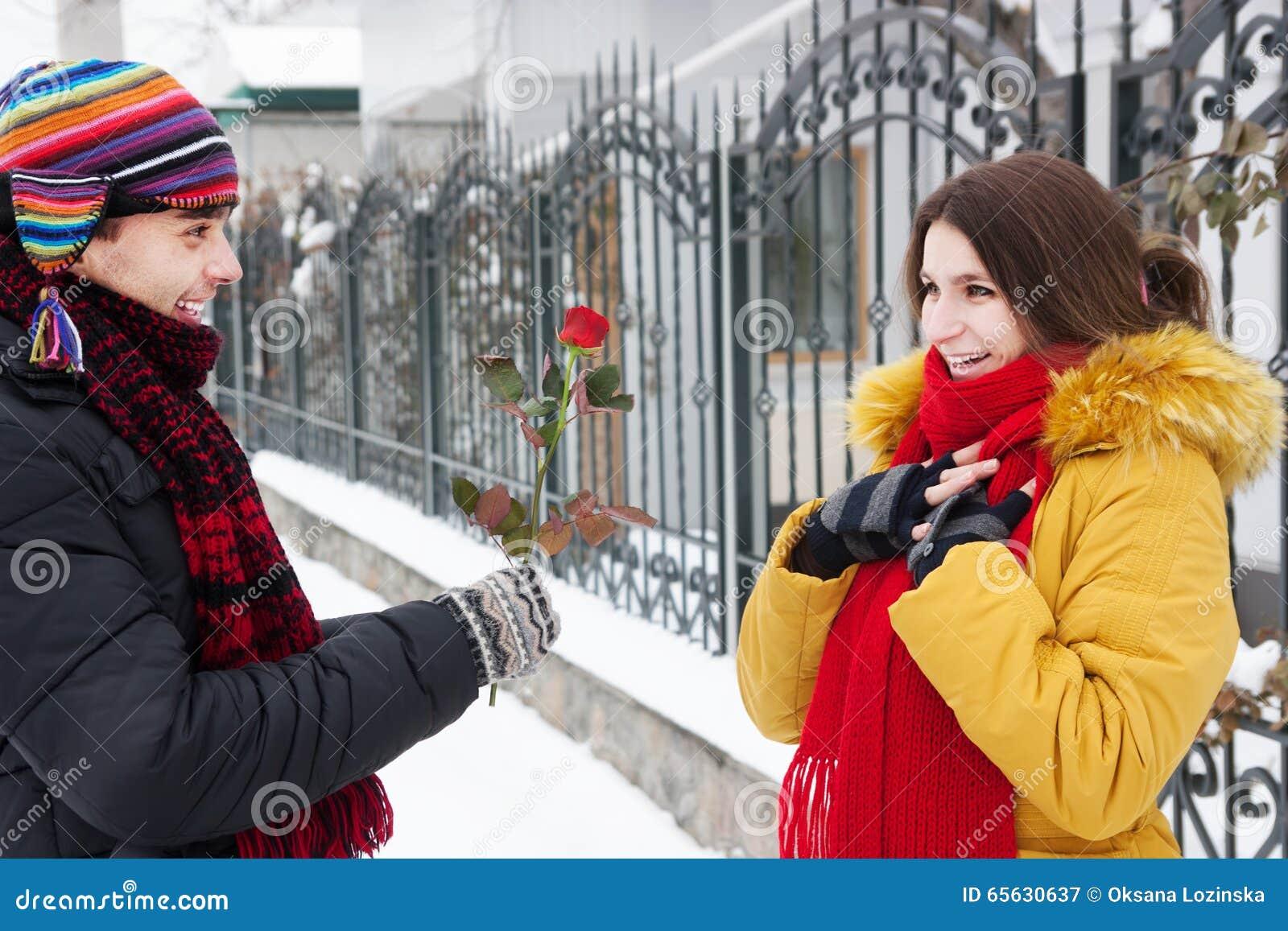 Le type donne une rose en hiver