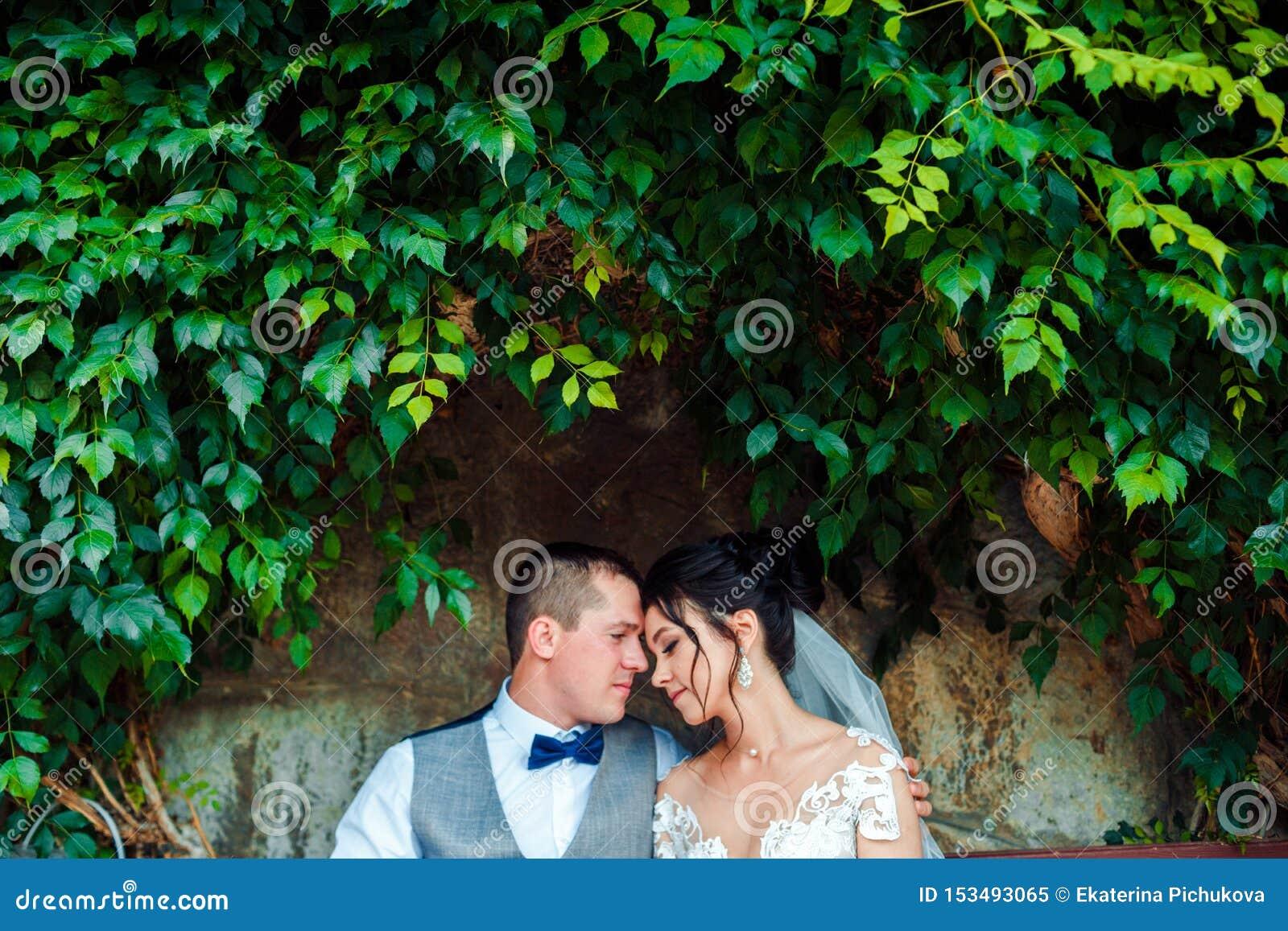 Le type et la fille sourient ? l un l autre Jeunes couples les épousant classiques