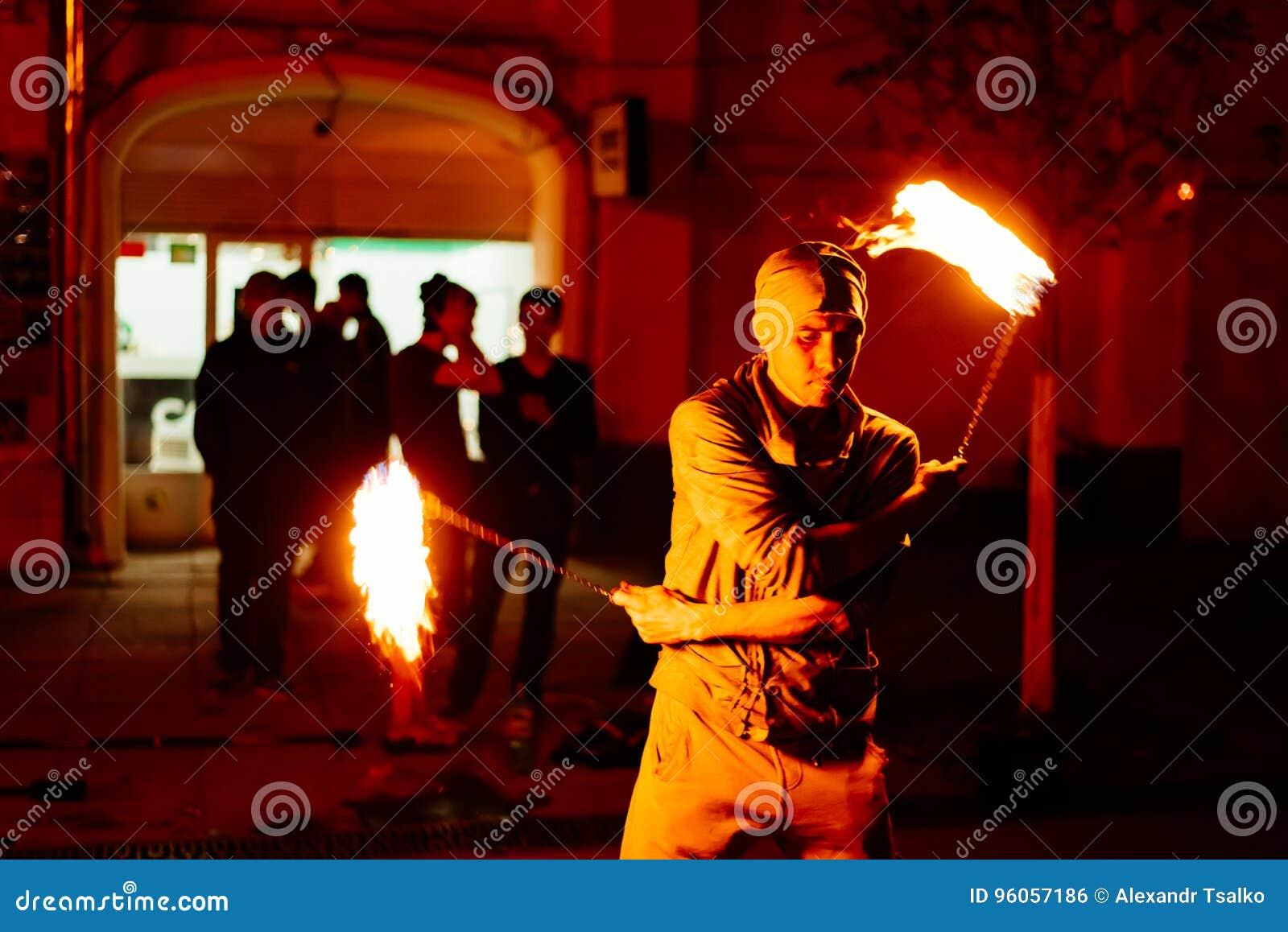 Le type sur la rue exécute avec des torches du feu