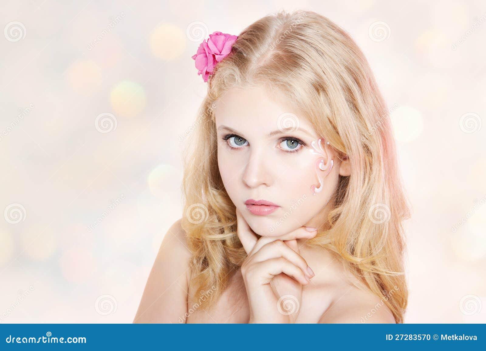 Le ung kvinna med rosa blommor