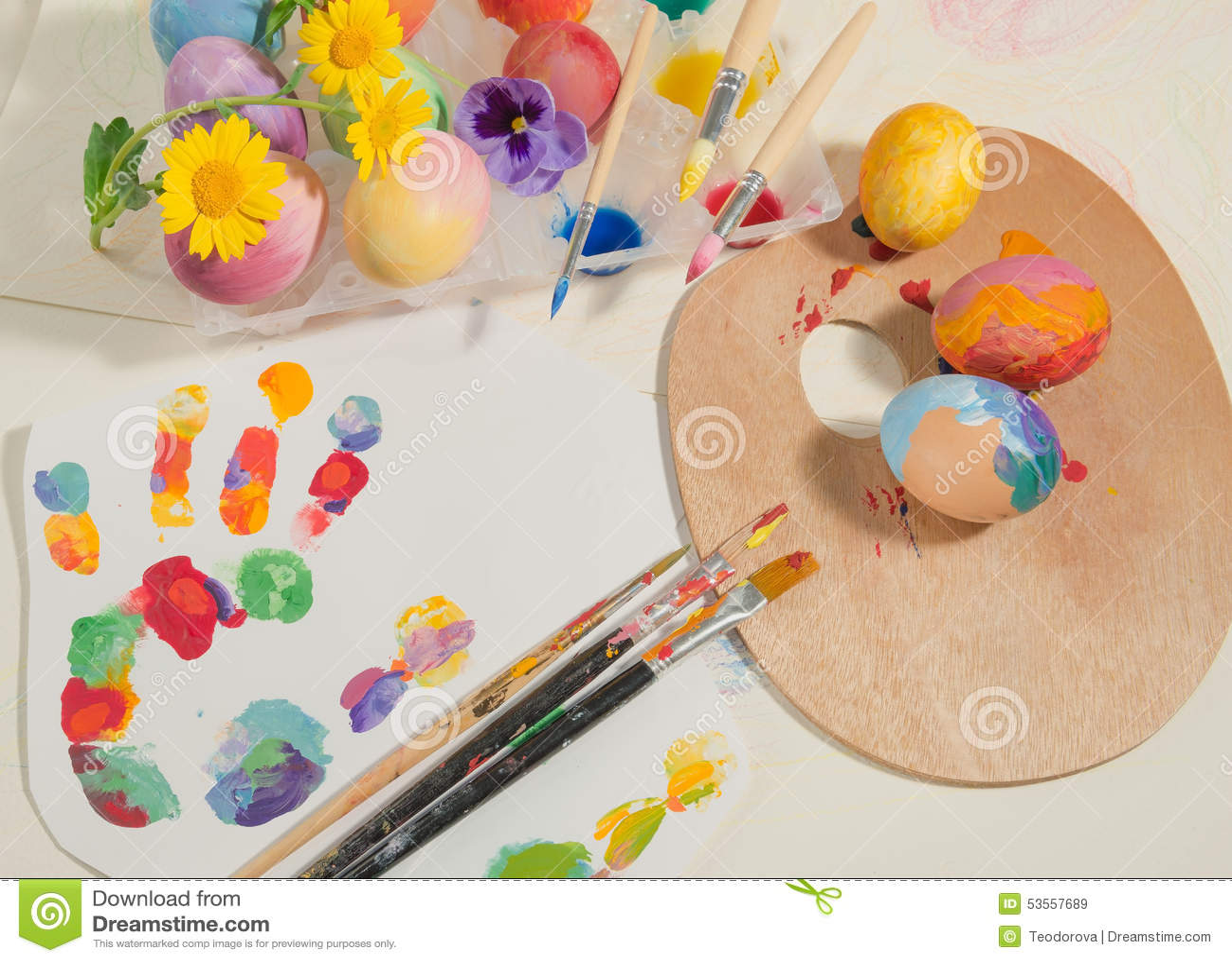 Le uova dipinte a mano di pasqua con le spazzole del - Uova di pasqua decorati a mano ...