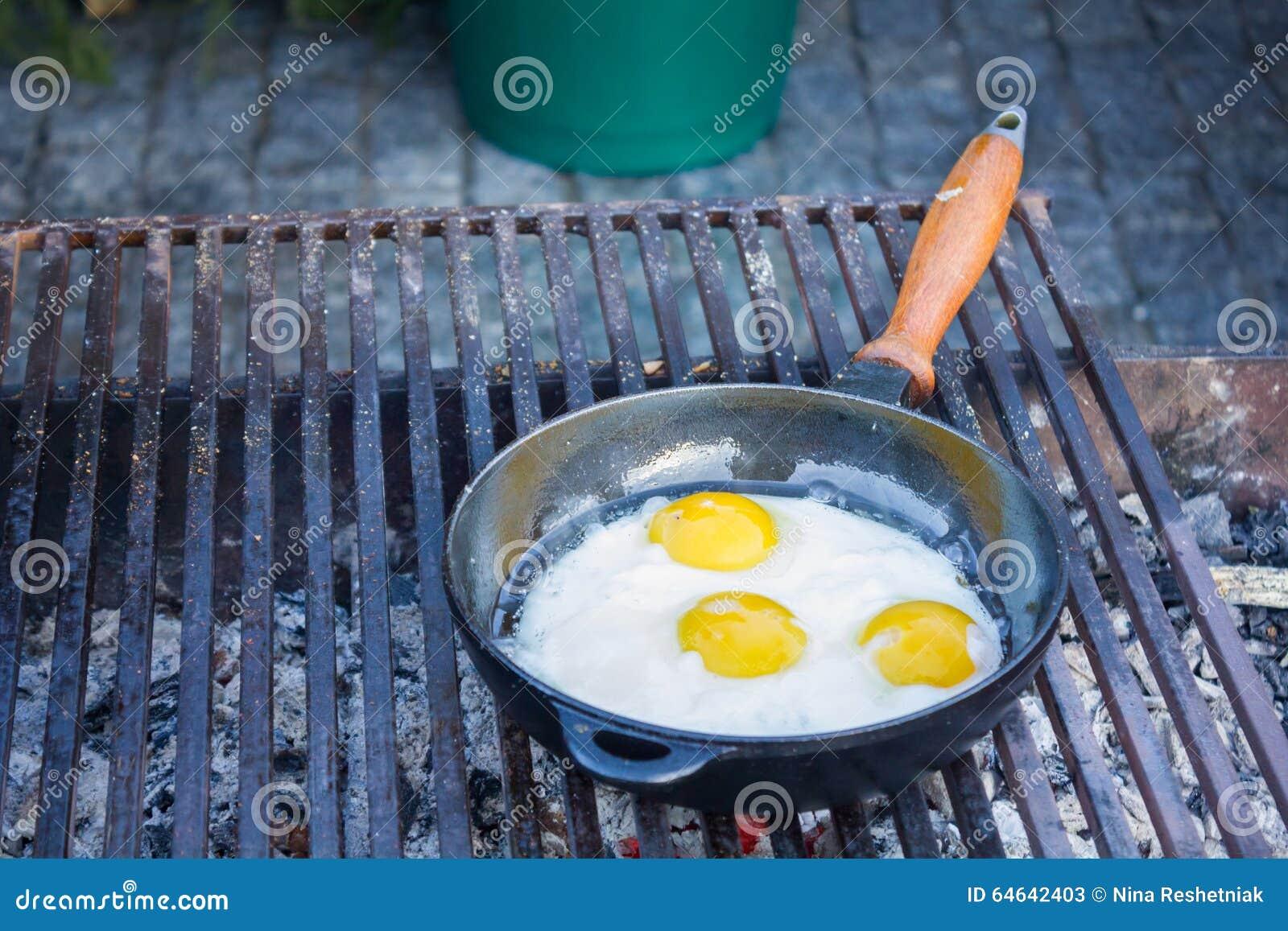 Le uova fritte hanno fritto in una pentola sulla griglia