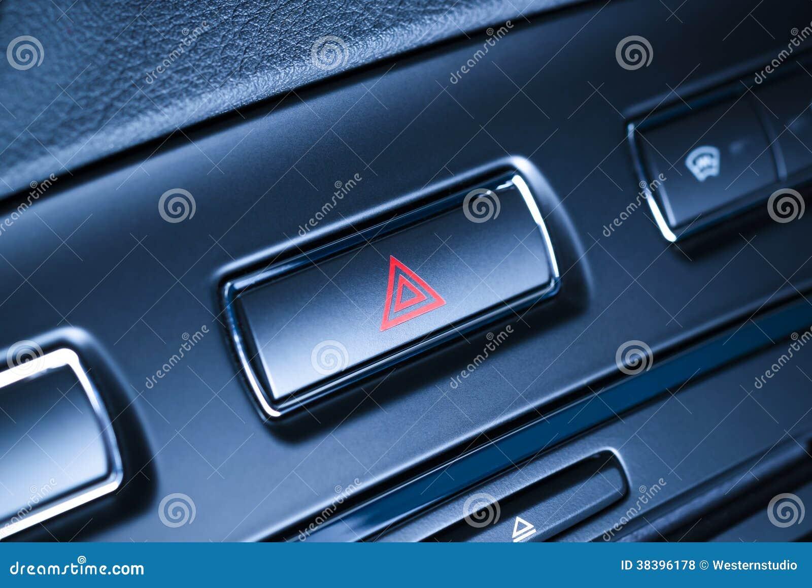 Le véhicule, clignoteurs d avertissement de risque de voiture se boutonnent avec la triangle rouge évidente.
