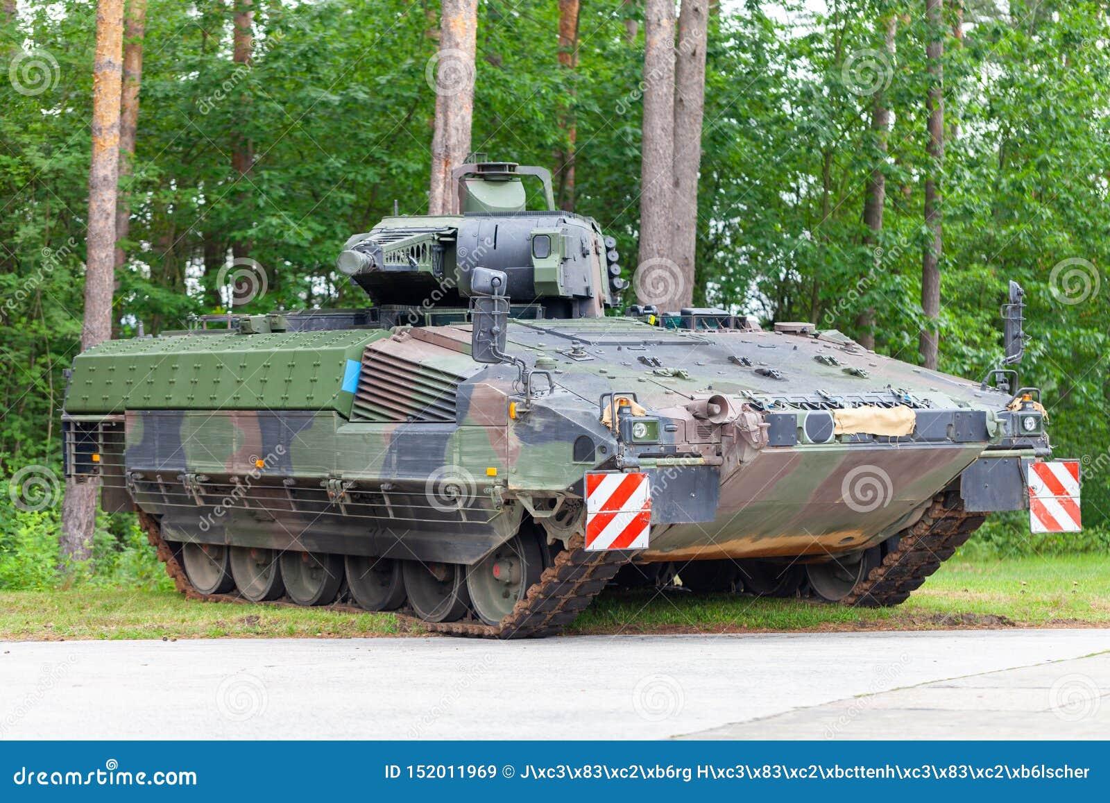 Le véhicule de combat allemand d infanterie se tient sur une rue