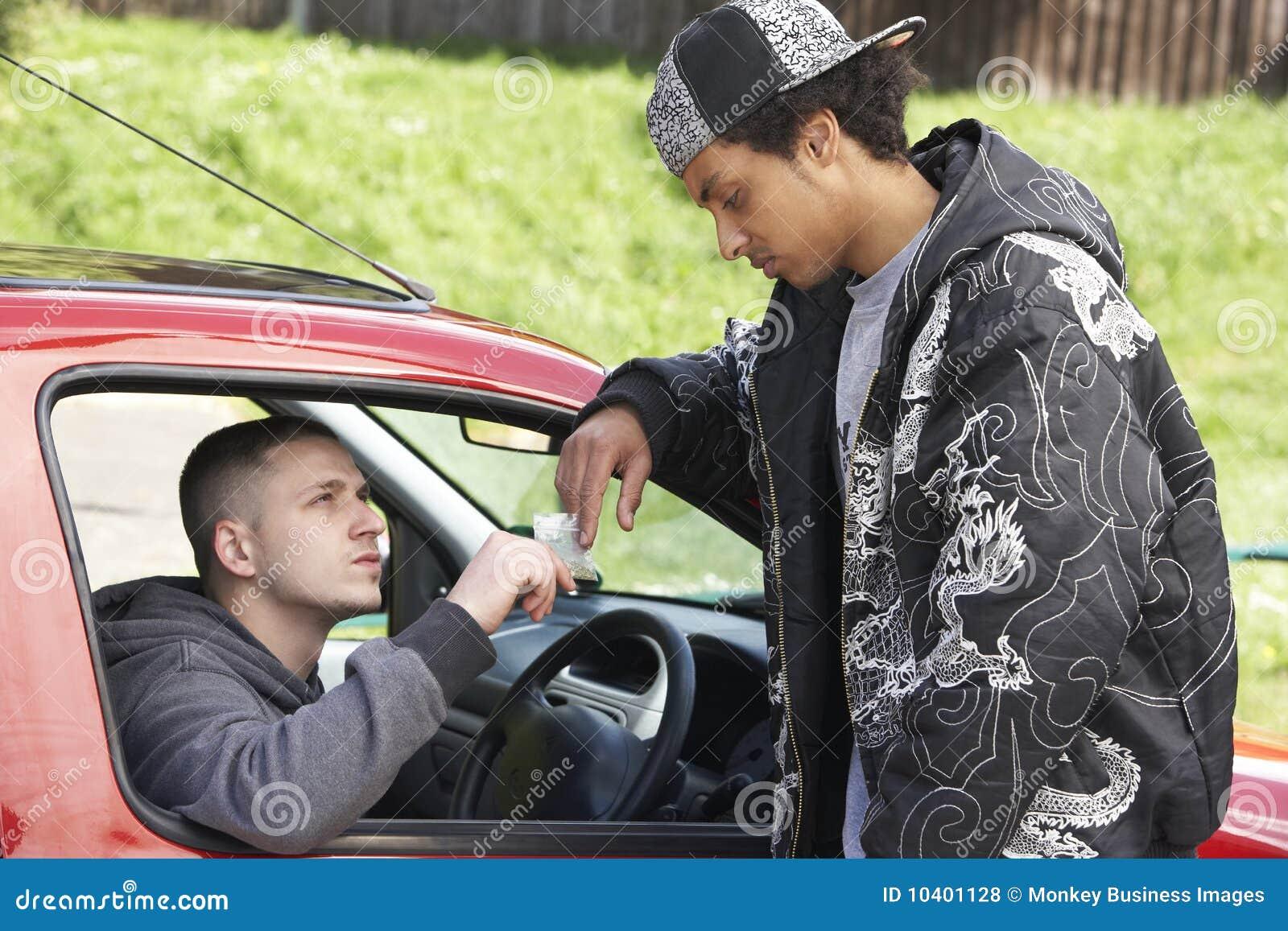 Le véhicule s occupant des drogues équipent des jeunes