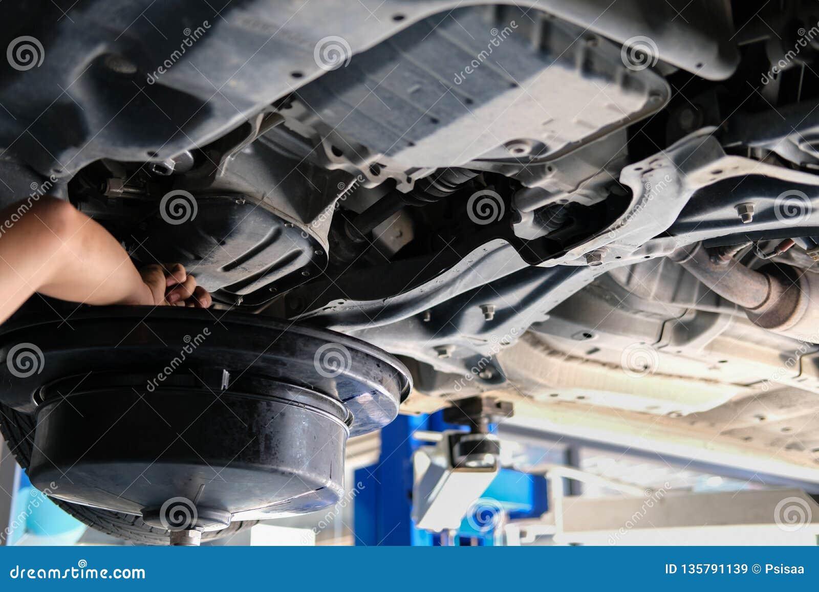 Changement D Huile >> Le Vehicule Se Soulevent Par Hydraulique Pour Le Changement