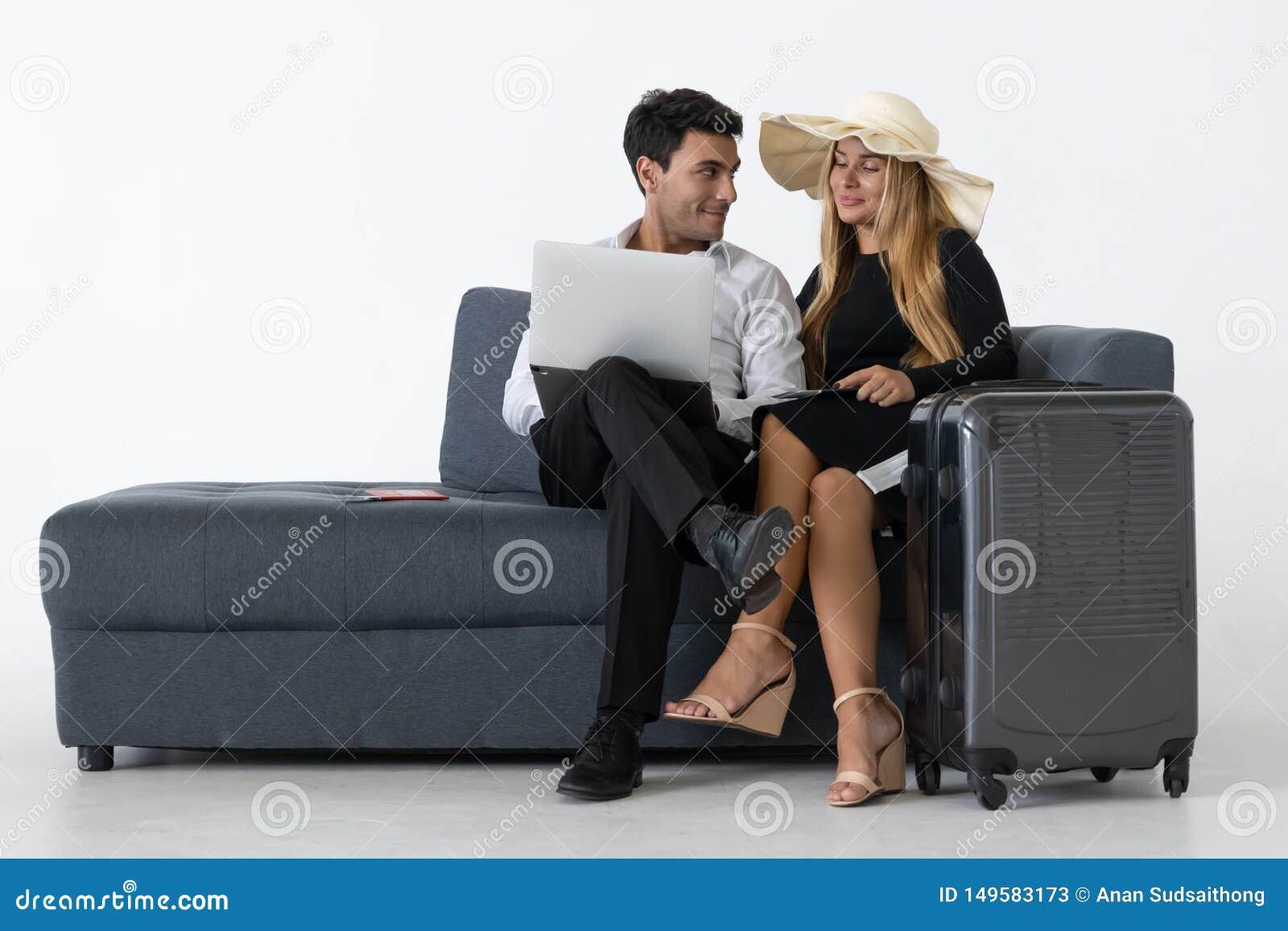Le vacanze di seduta e di progettazione delle coppie felici attraenti scattano Concetto di vacanze estive