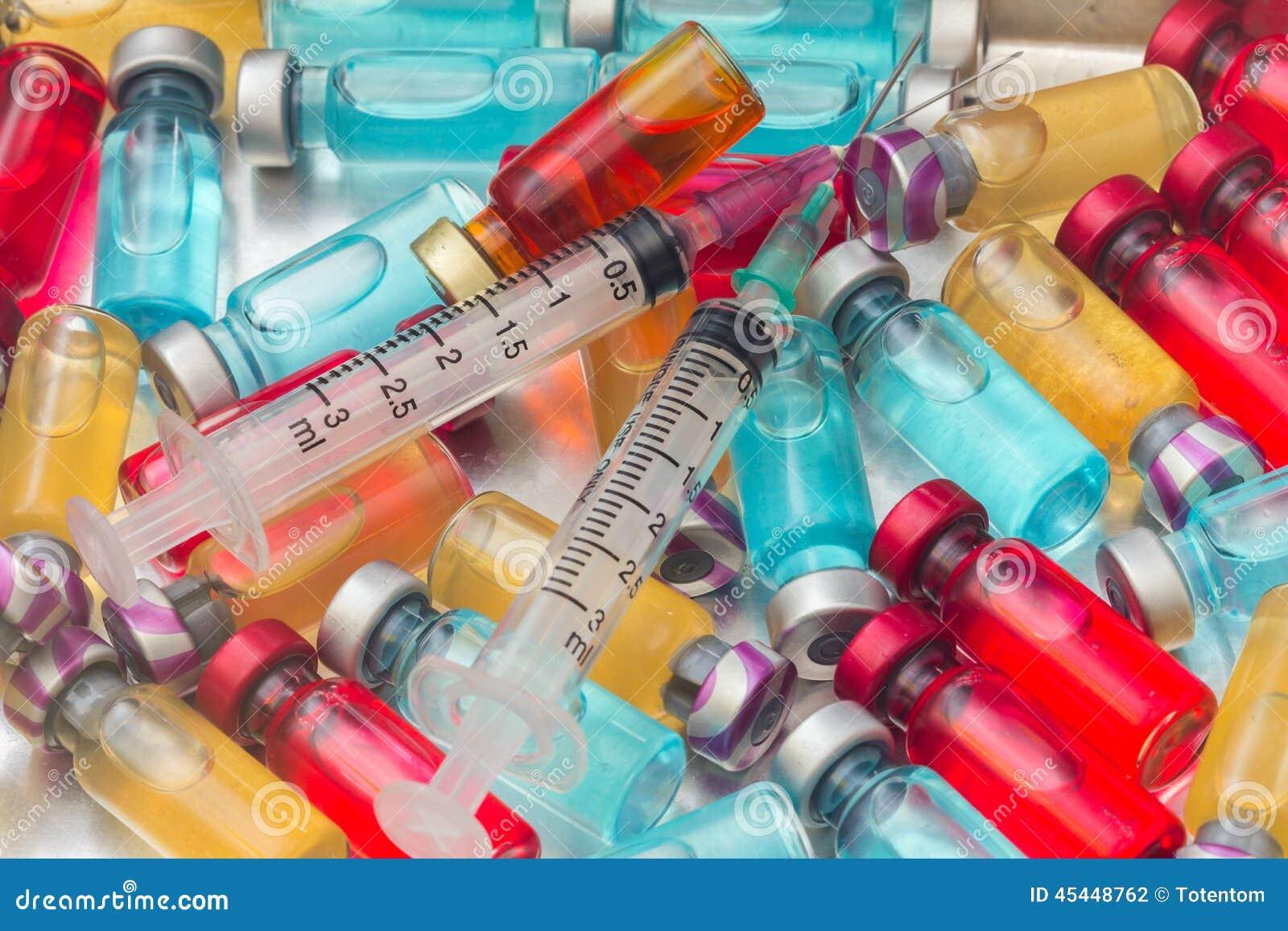 Le vaccin et une seringue hypodermique