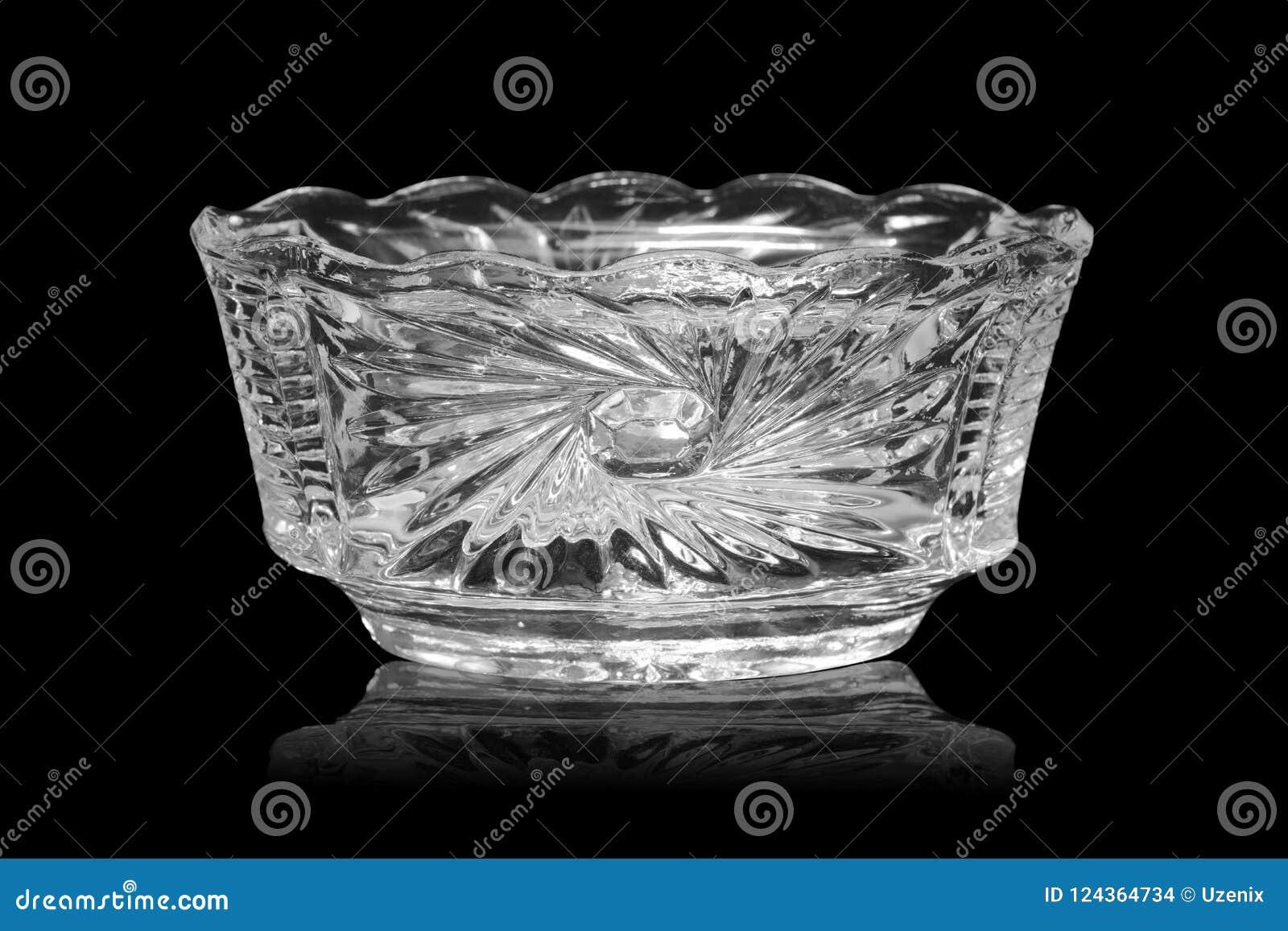 Le vase en cristal vide avec la réflexion d isolement sur un fond noir
