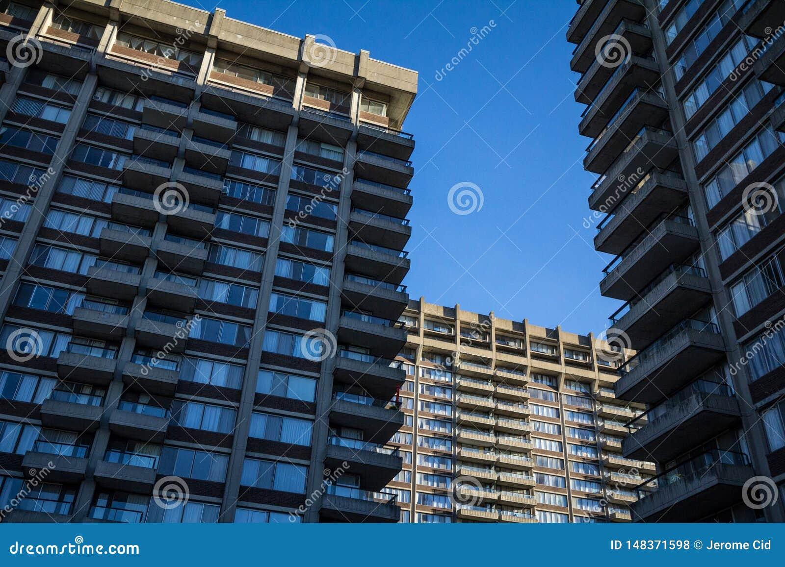 Le vecchie alte torri residenziali di aumento da Nord America, tipico dal movimento dell architettura del Brutalist hanno chiamat