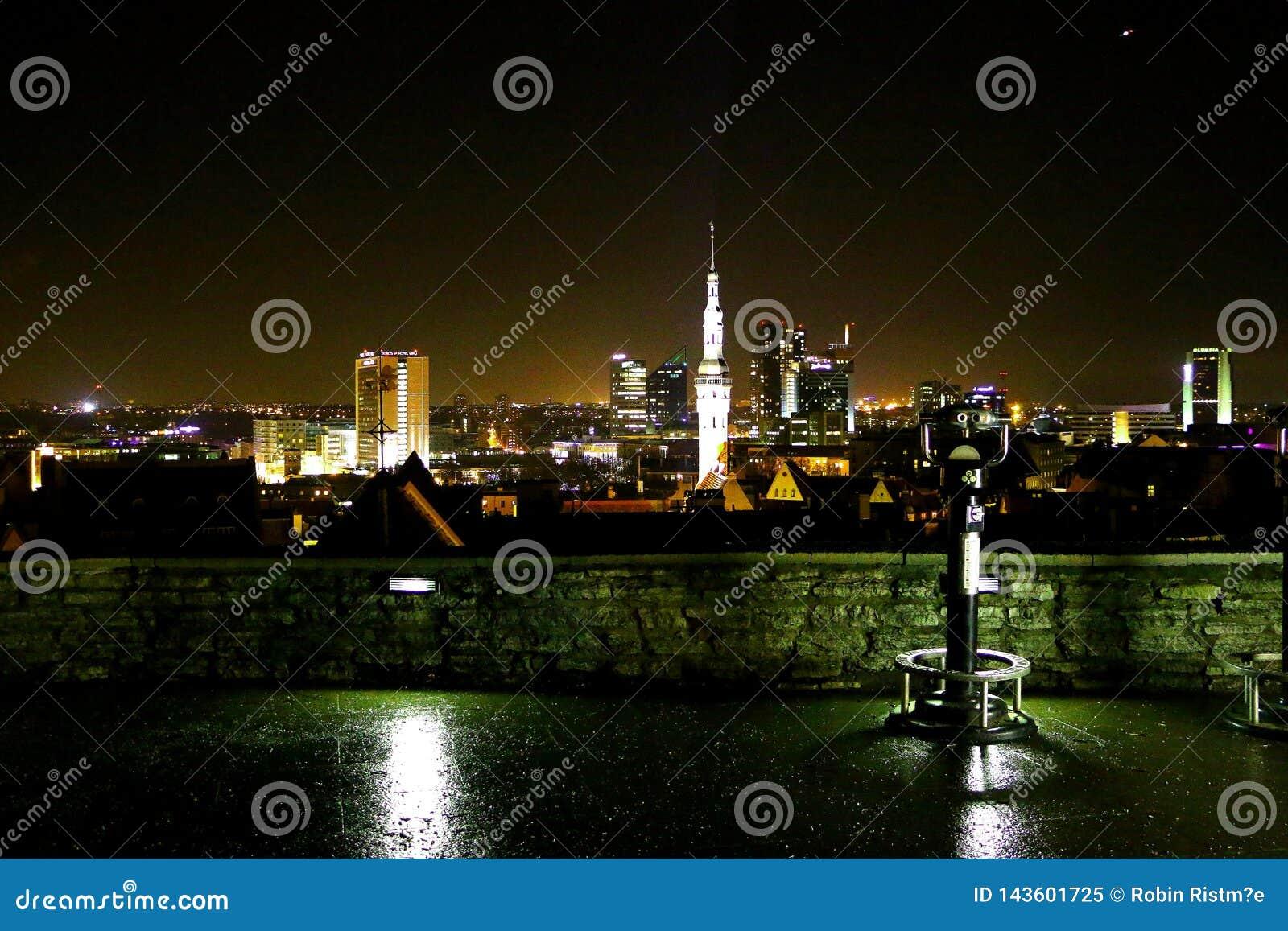 Le vecchie iluminazioni pubbliche della città dell Estonia Tallinn fortificano le luci della città del punto di vista della chies