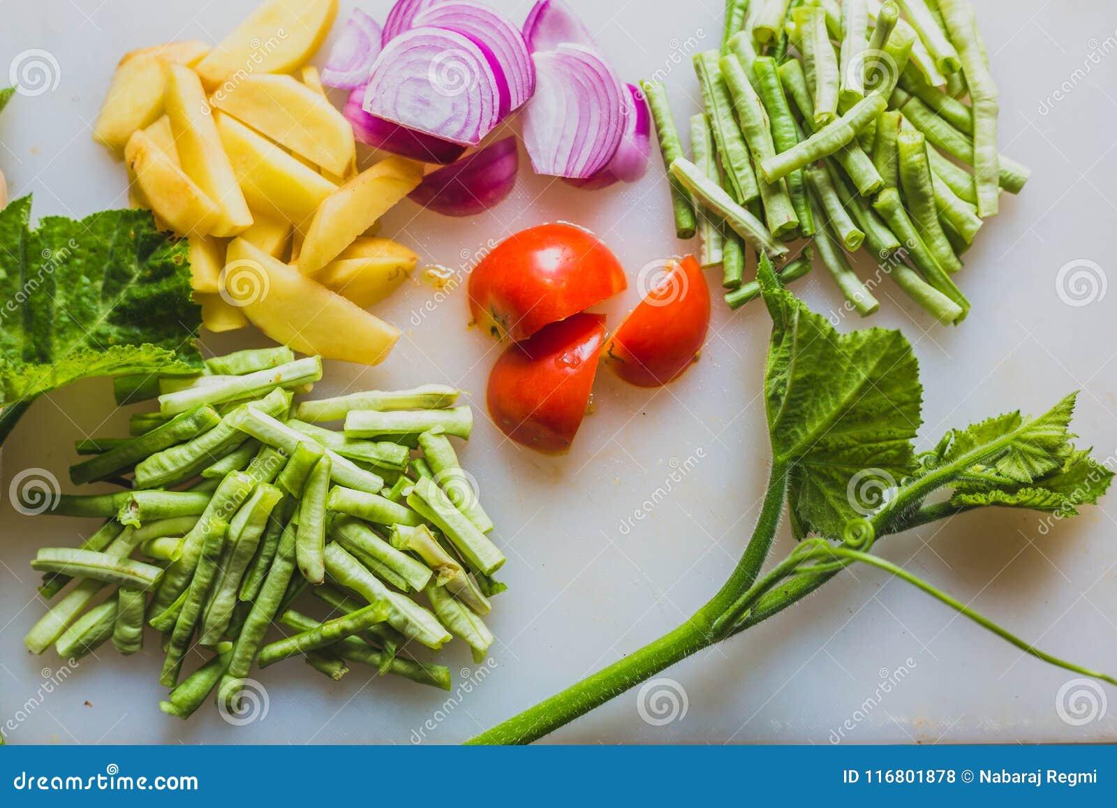 Le verdure tagliate crude con la zucca va per cucinare