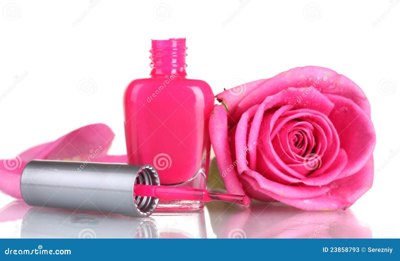 Le vernis à ongles rose avec a monté