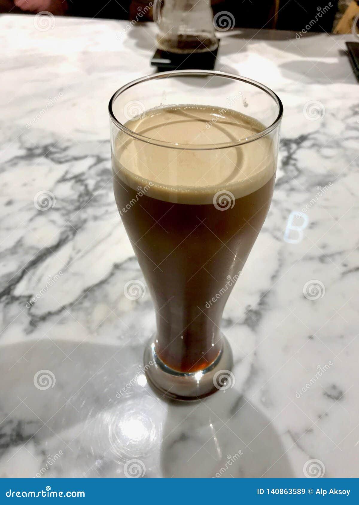 Le verre de froid nitro préparent le café sur la surface de marbre prête à servir