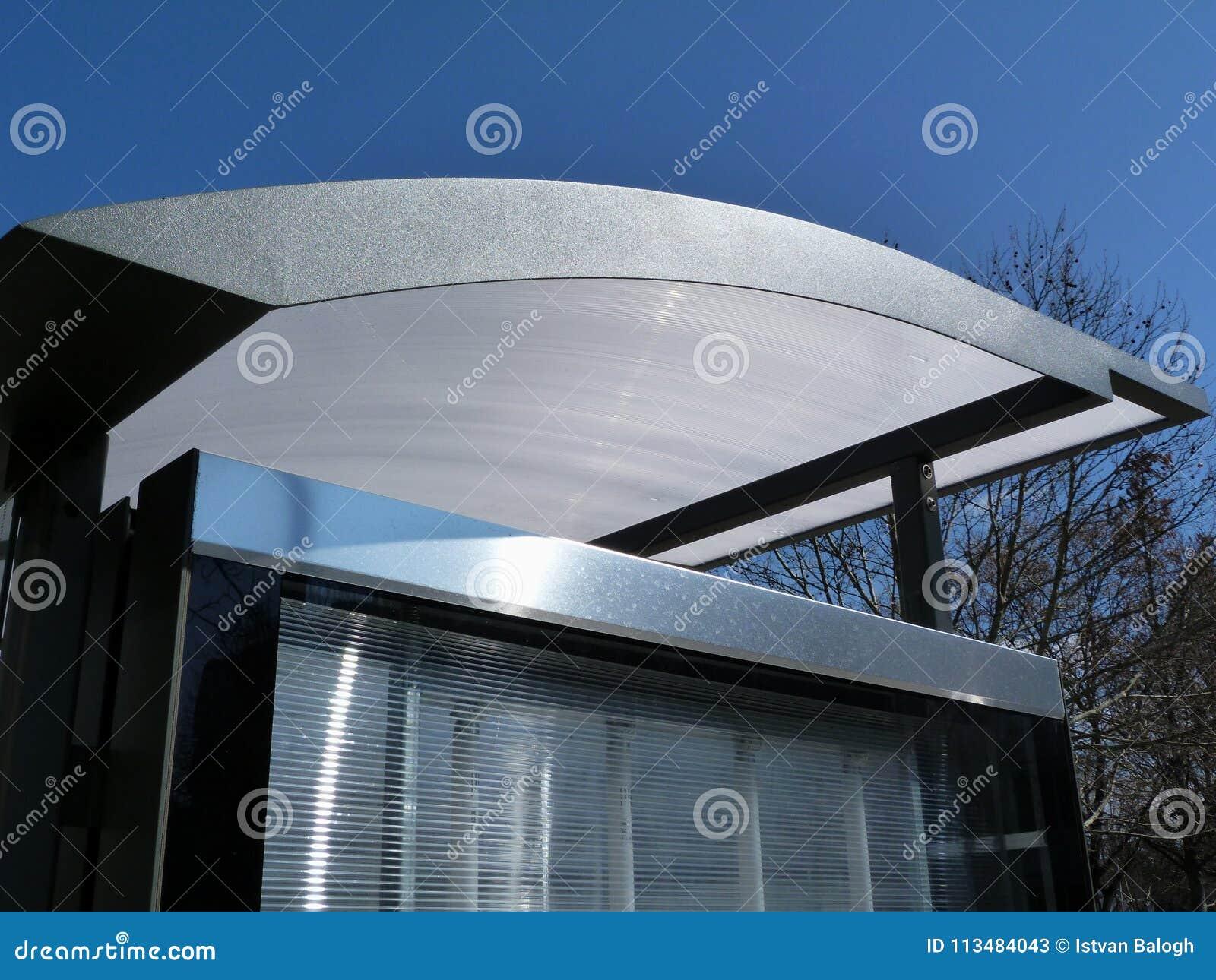 Le verre et l aluminium ont structuré le détail de toit d aubette