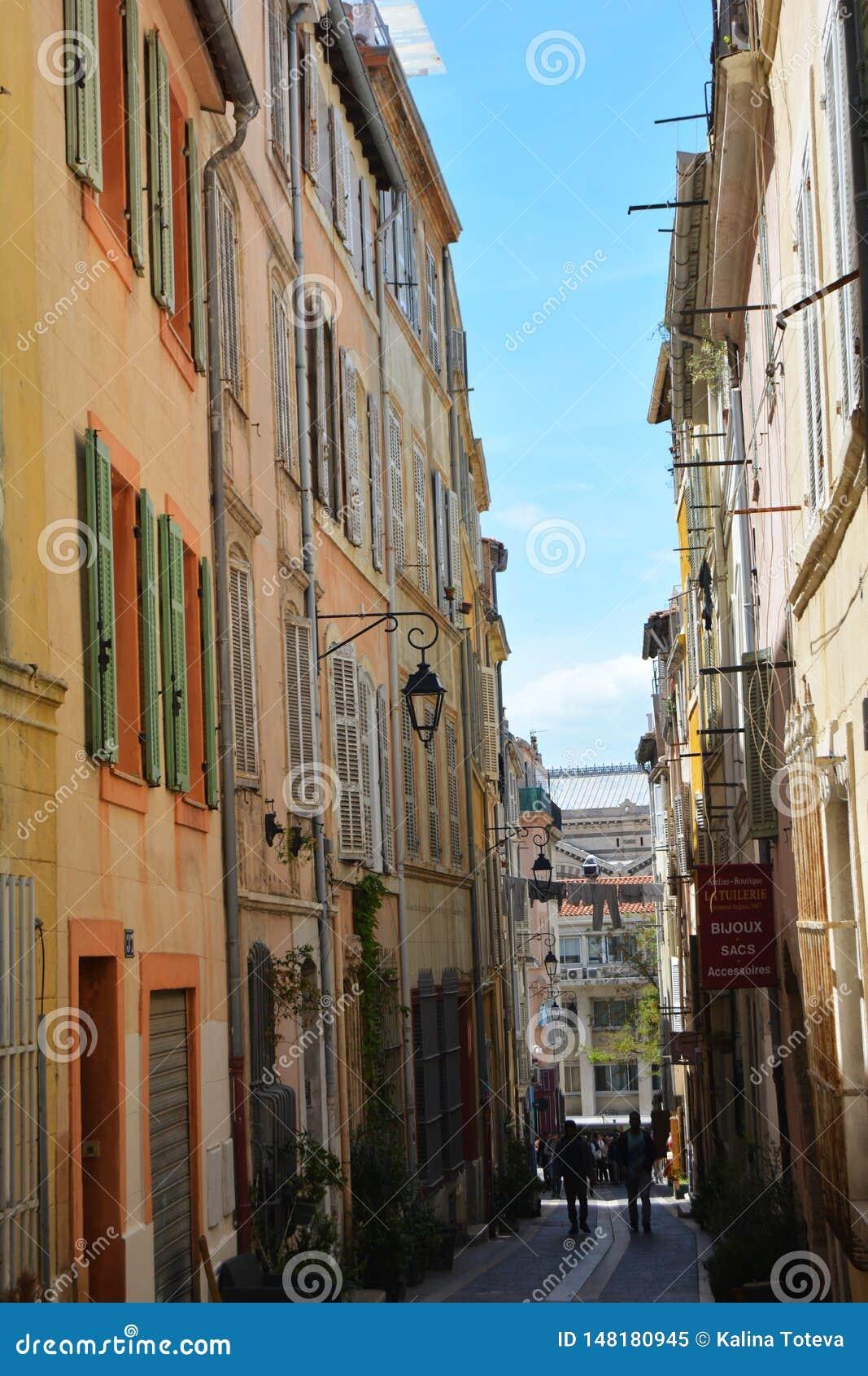 Le vie pittoresche e variopinte di vecchia città di Marsiglia, Francia