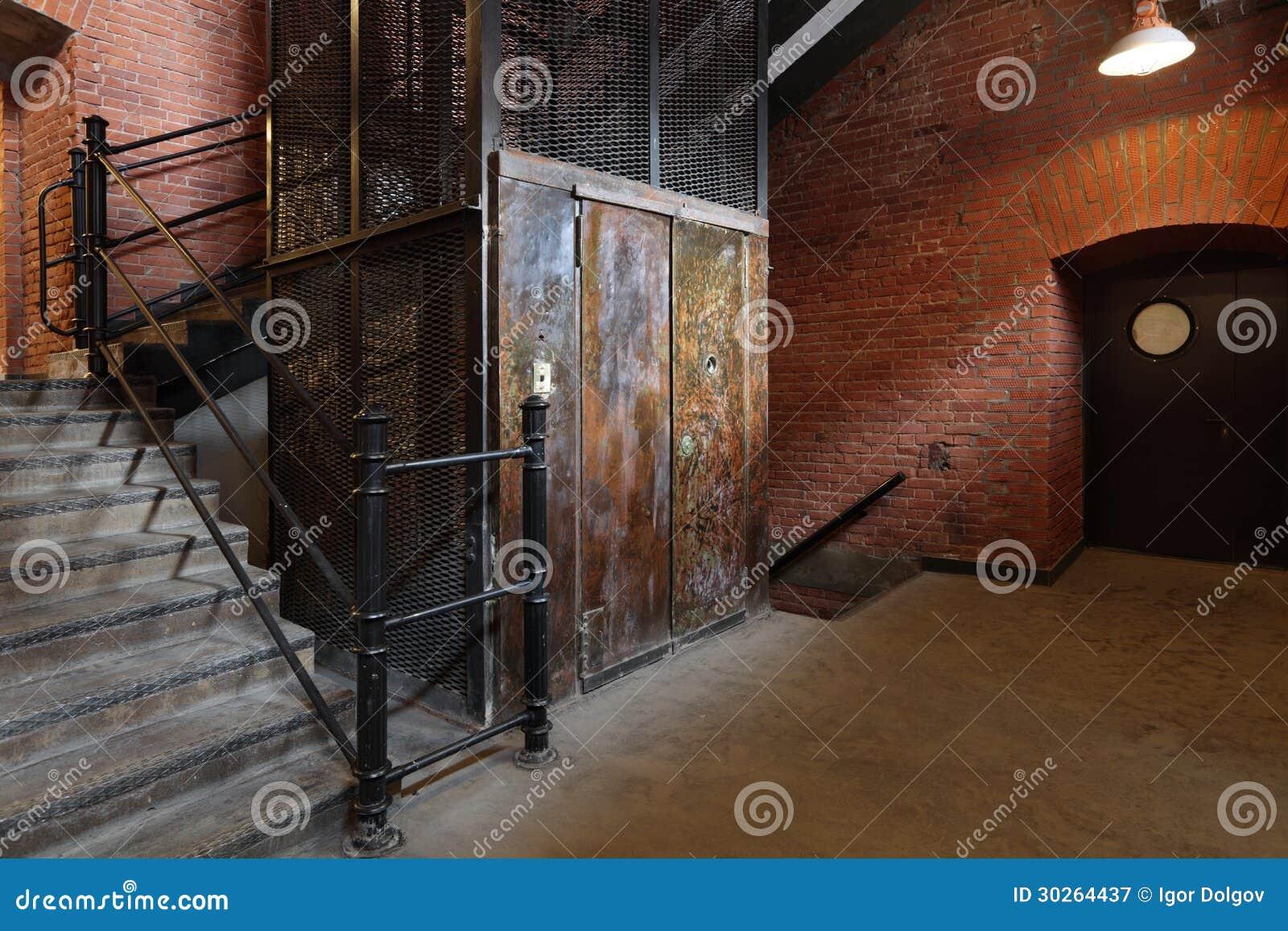 Ascenseur image stock image du d suet ferm malpropre for Ascenseur interieur
