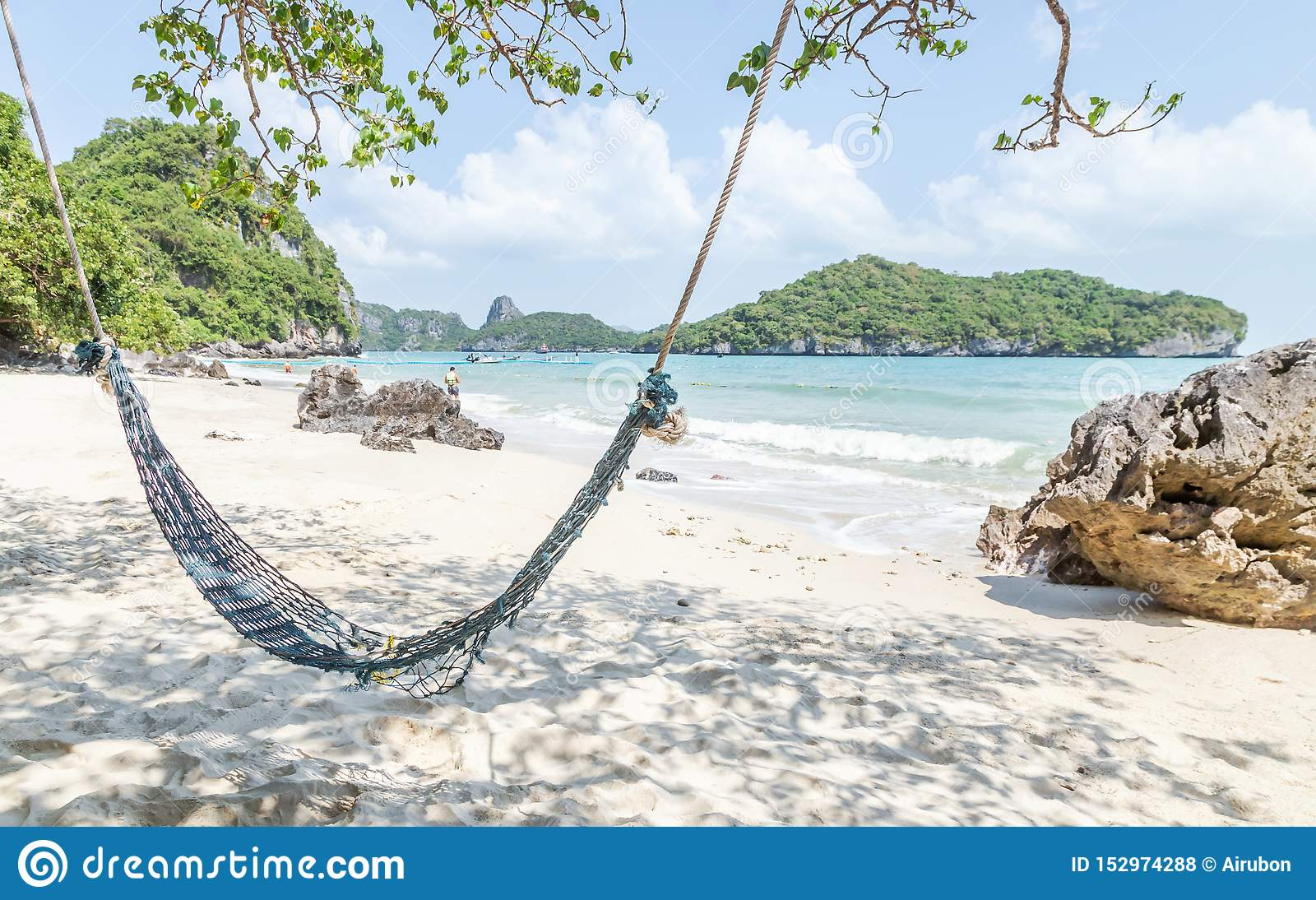 Le vieil hamac vide pour la relaxation sous des palmiers de noix de coco sur la plage tropicale arénacée aux ventres de Wua enrou