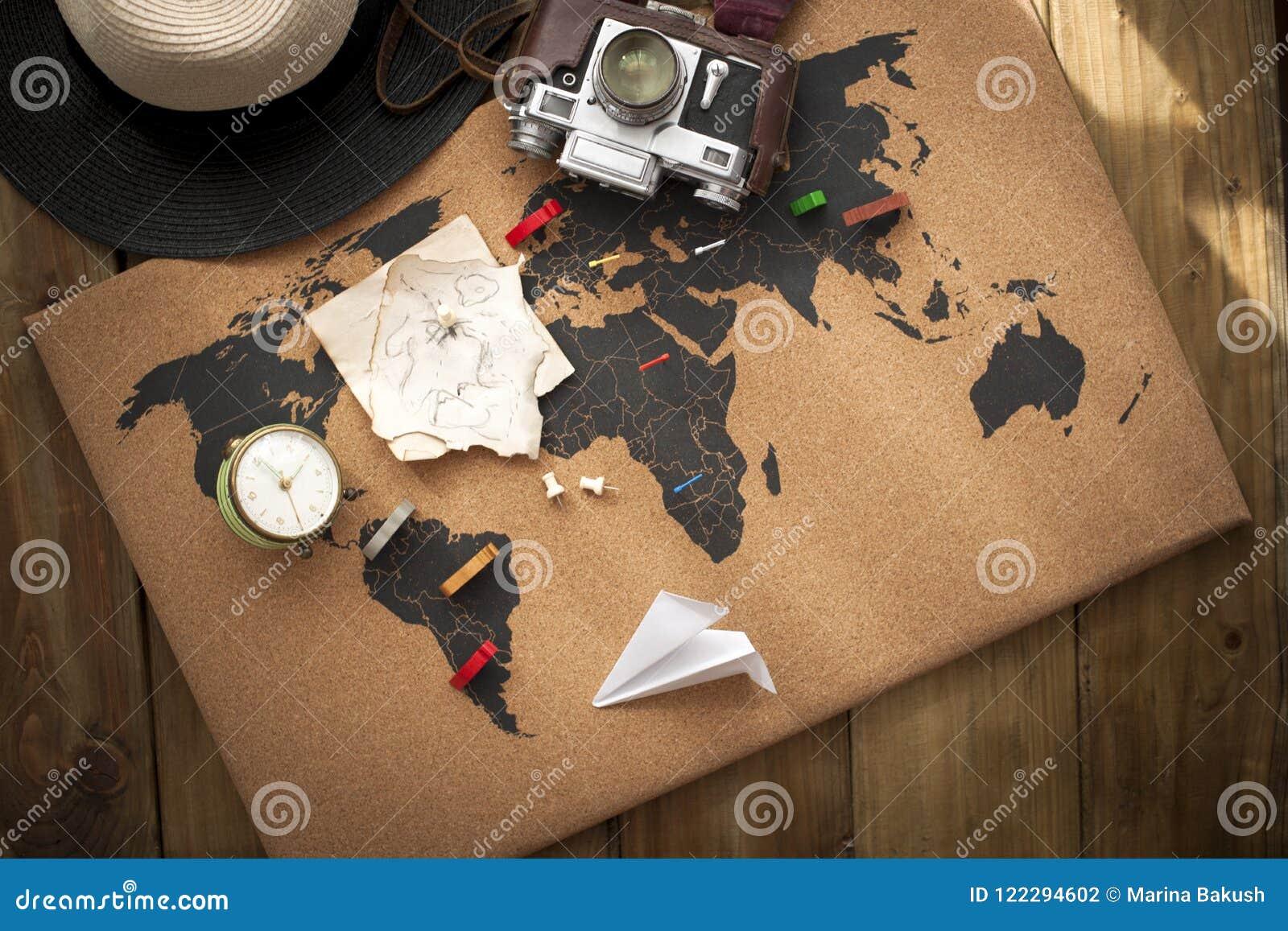 Le vieux appareil-photo et itinéraire prévoient sur la carte, photo de vintage Voyage et vacances Copiez l espace