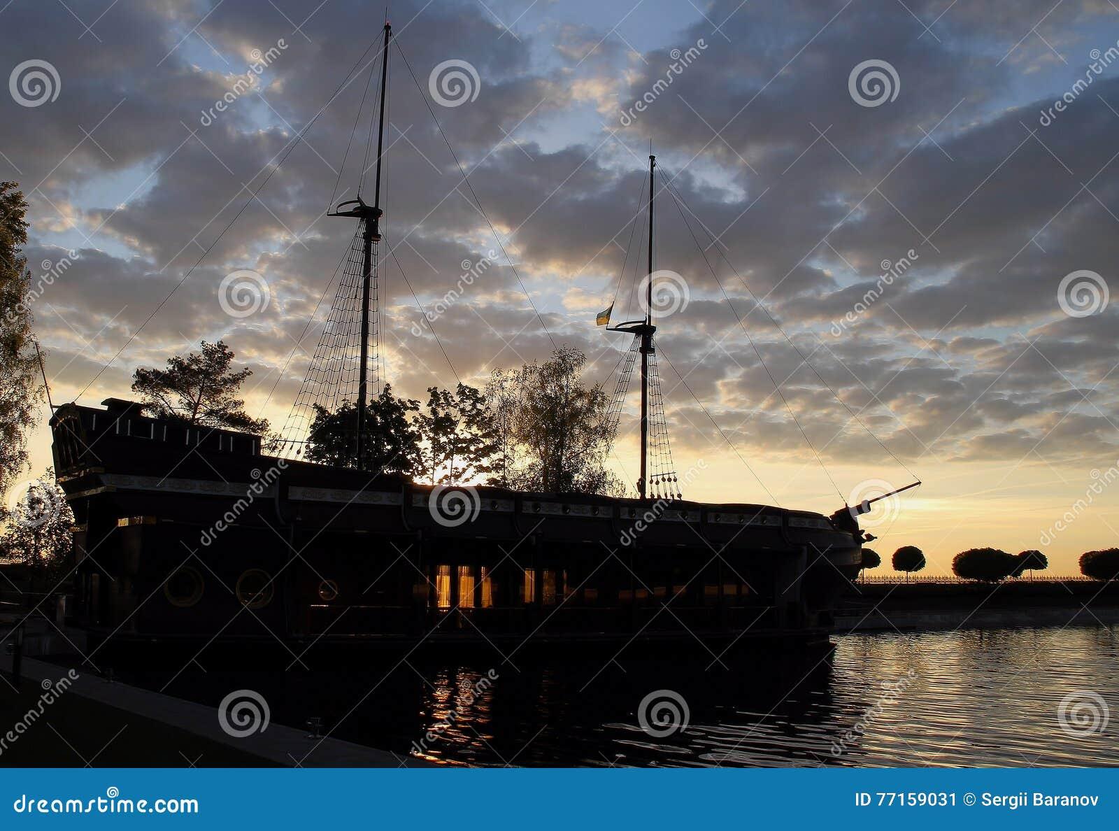 Le vieux bateau en bois mâté a amarré dans les photos d actions de baie de mer