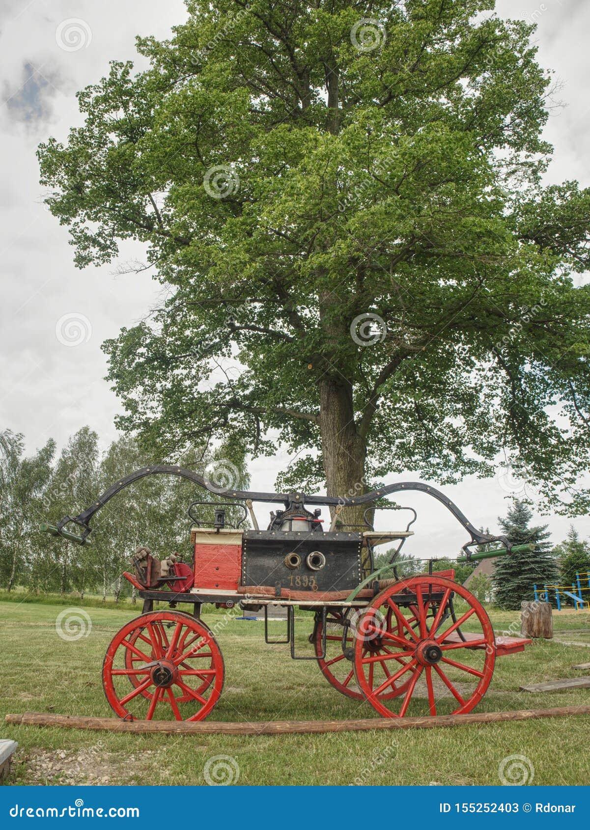 Le vieux camion de pompiers en bois sur l herbe Camion de pompiers en bois de cru