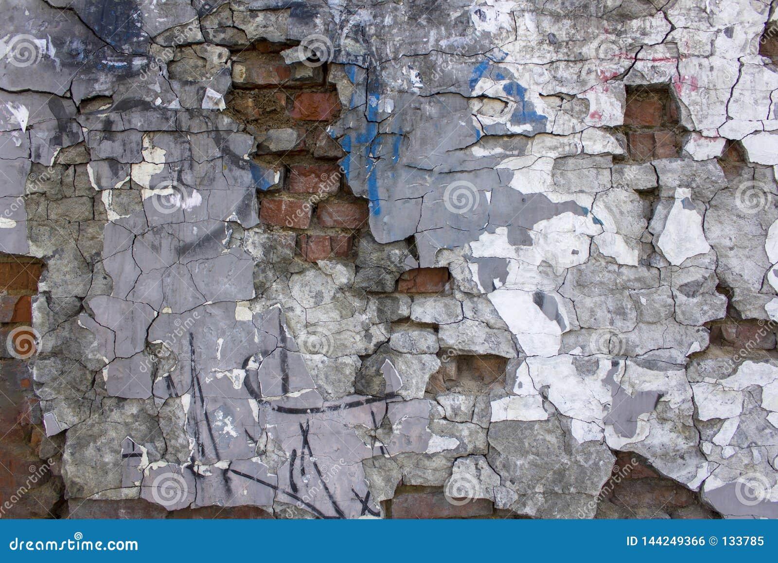 Le Vieux Gris A Fortement Endommagé Le Mur En Béton Avec Le