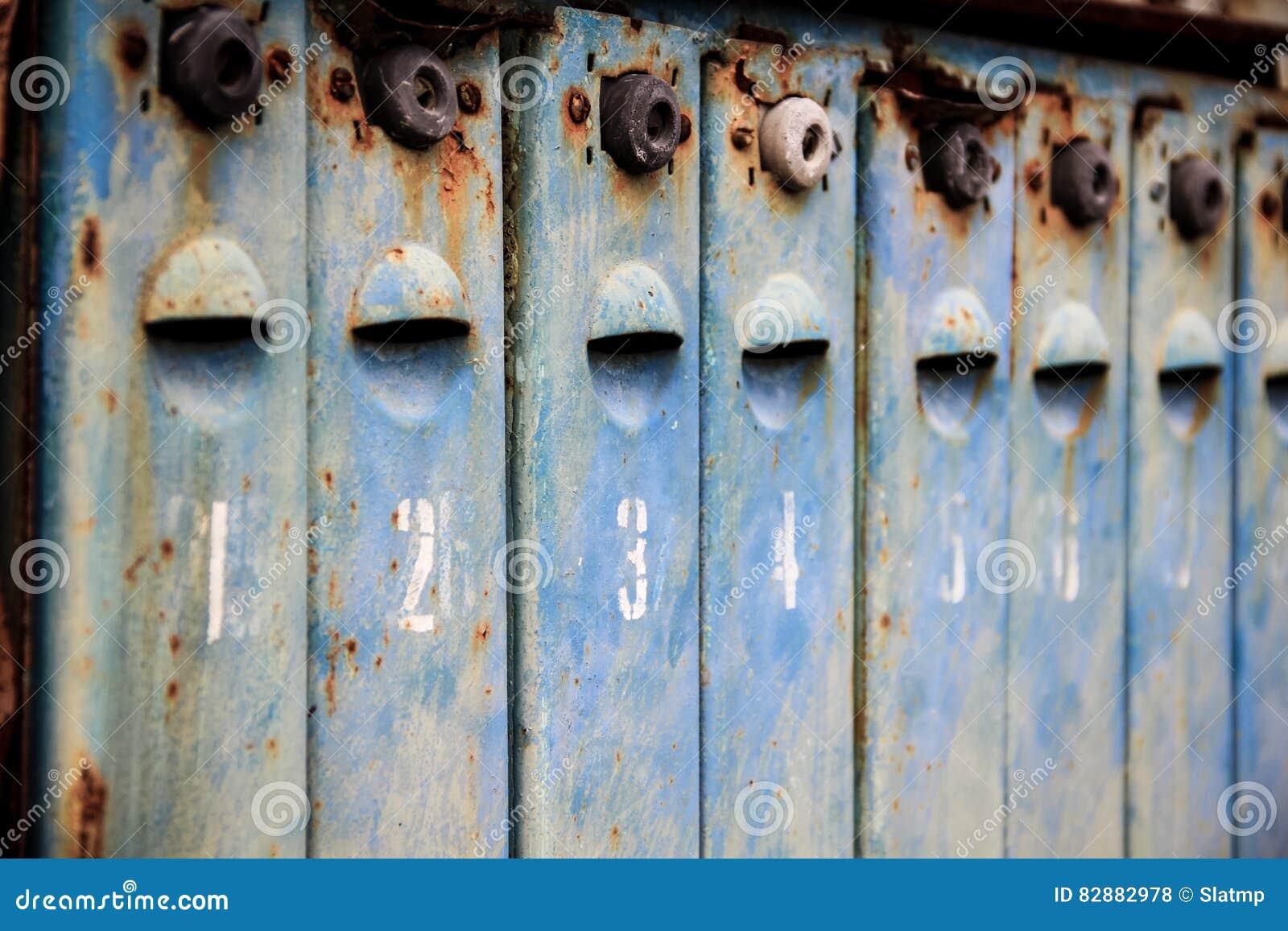 Le vieux métal s est rouillé et a numéroté des boîtes aux lettres
