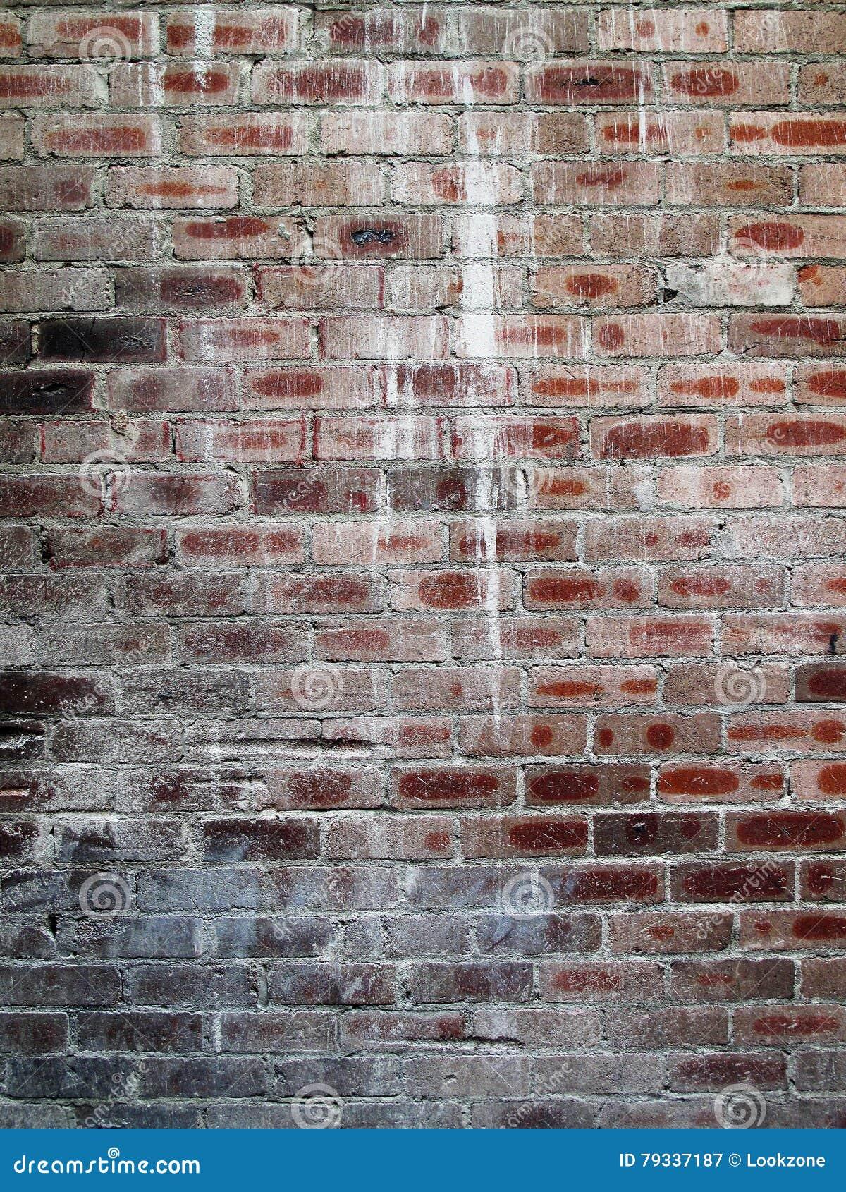 Le vieux mur de briques avec la peinture éclabousse