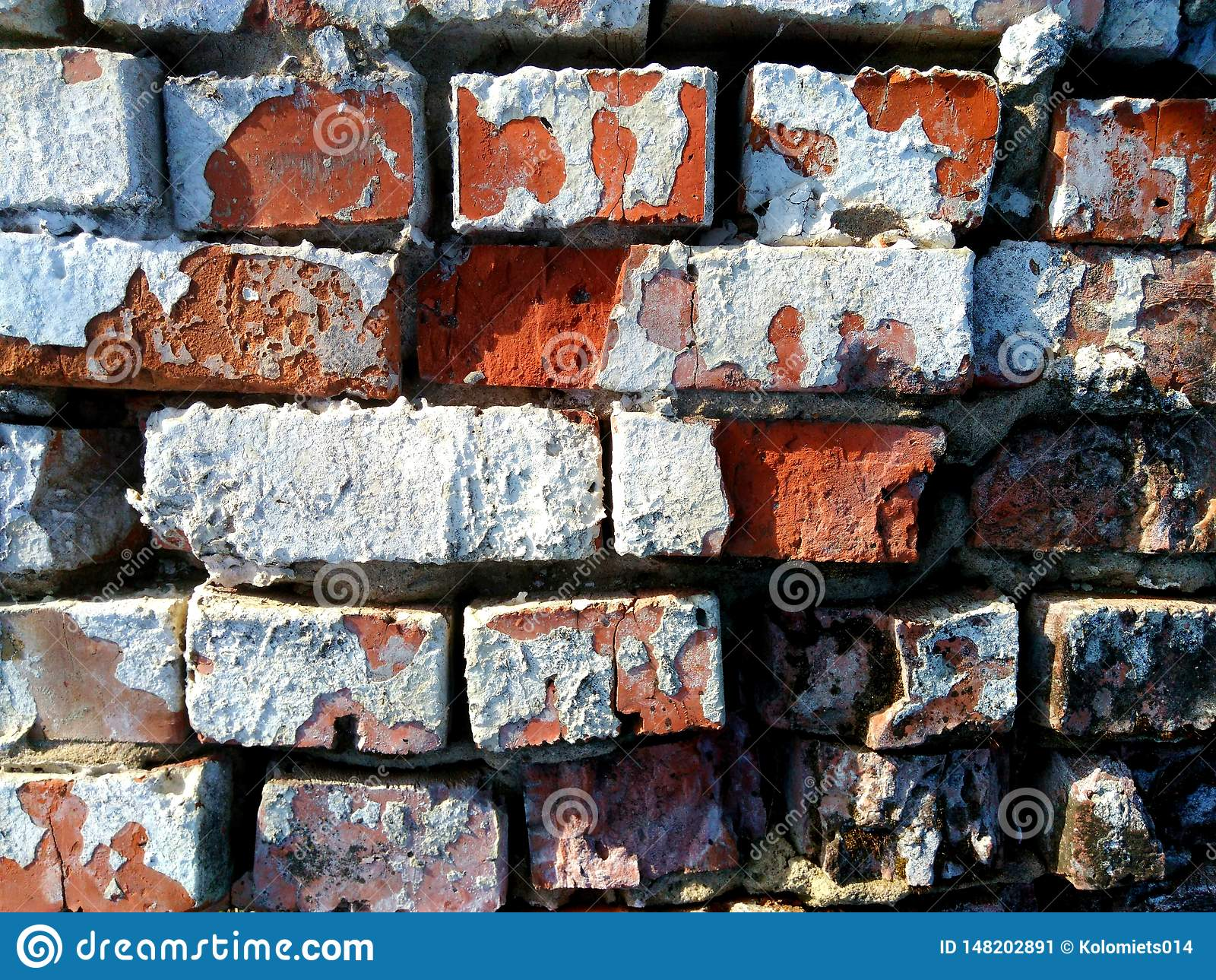 Le vieux mur de briques est fait de briques rouges