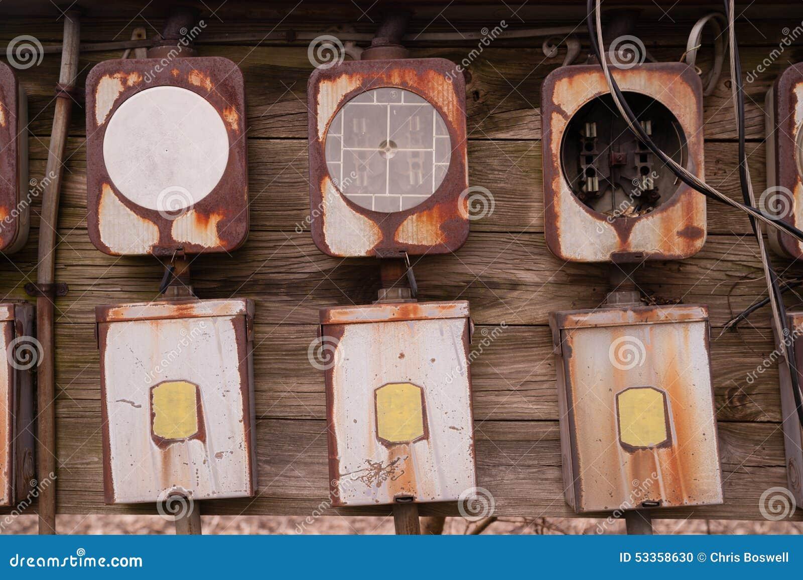 Le vieux panneau la maison de bo te de fusible s est rouill mat riel lect - Liste materiel electrique pour maison ...