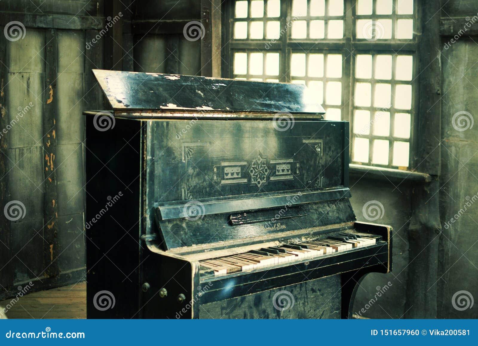 Le vieux piano cassé noir