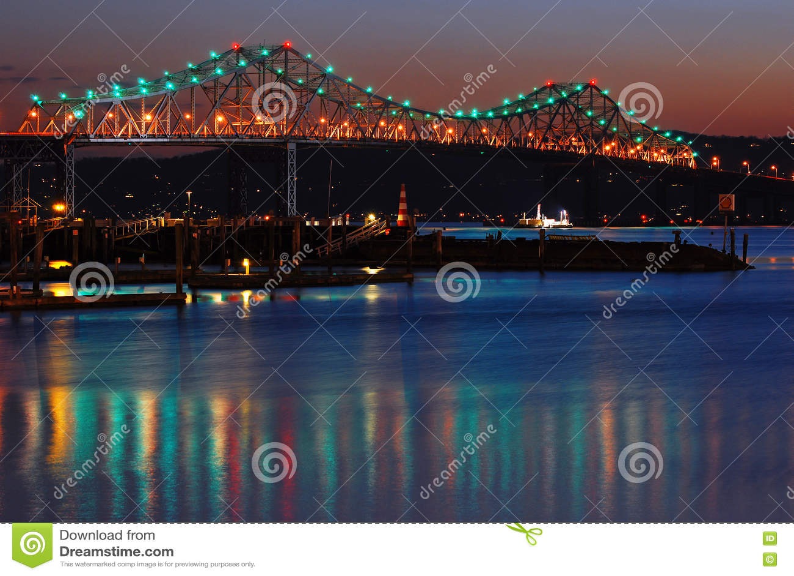 Le vieux pont de Tappan Zee enjambe le Hudson