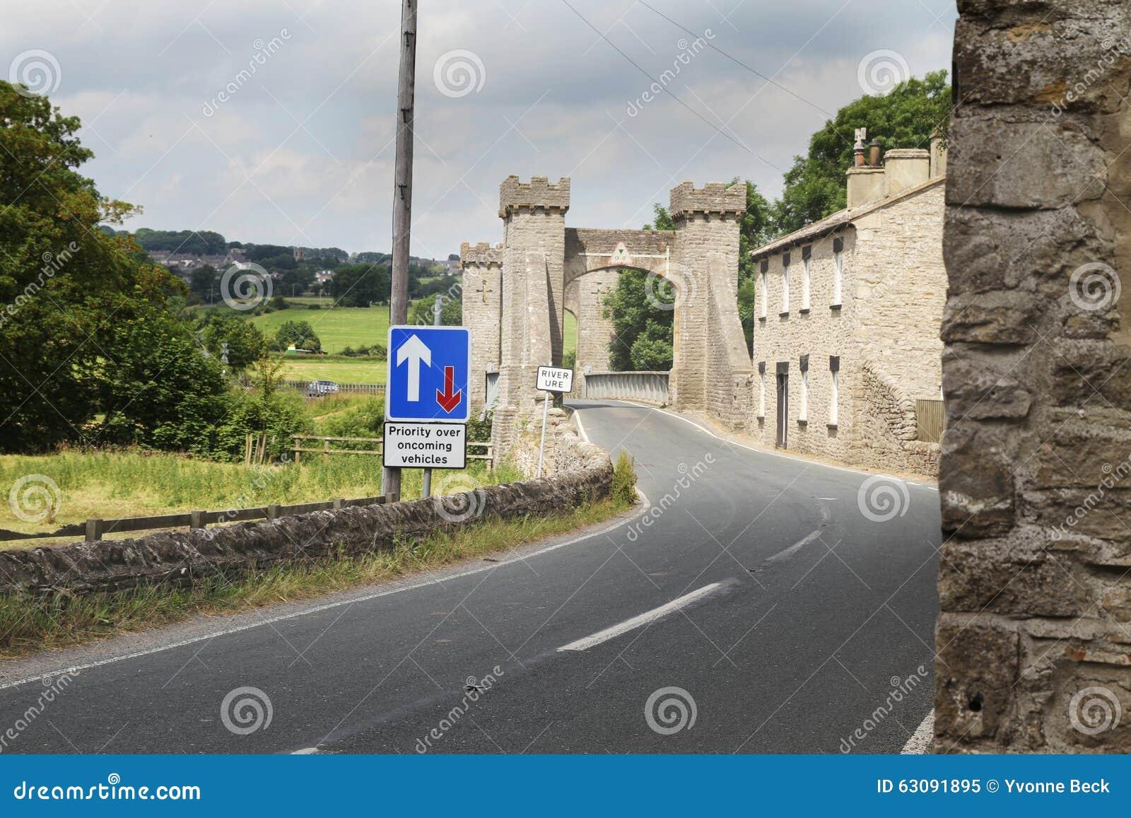 Download Le Vieux Pont En Pierre A Placé Contre Le Nouveau Signage, North Yorkshire Image stock - Image du north, yorkshire: 63091895